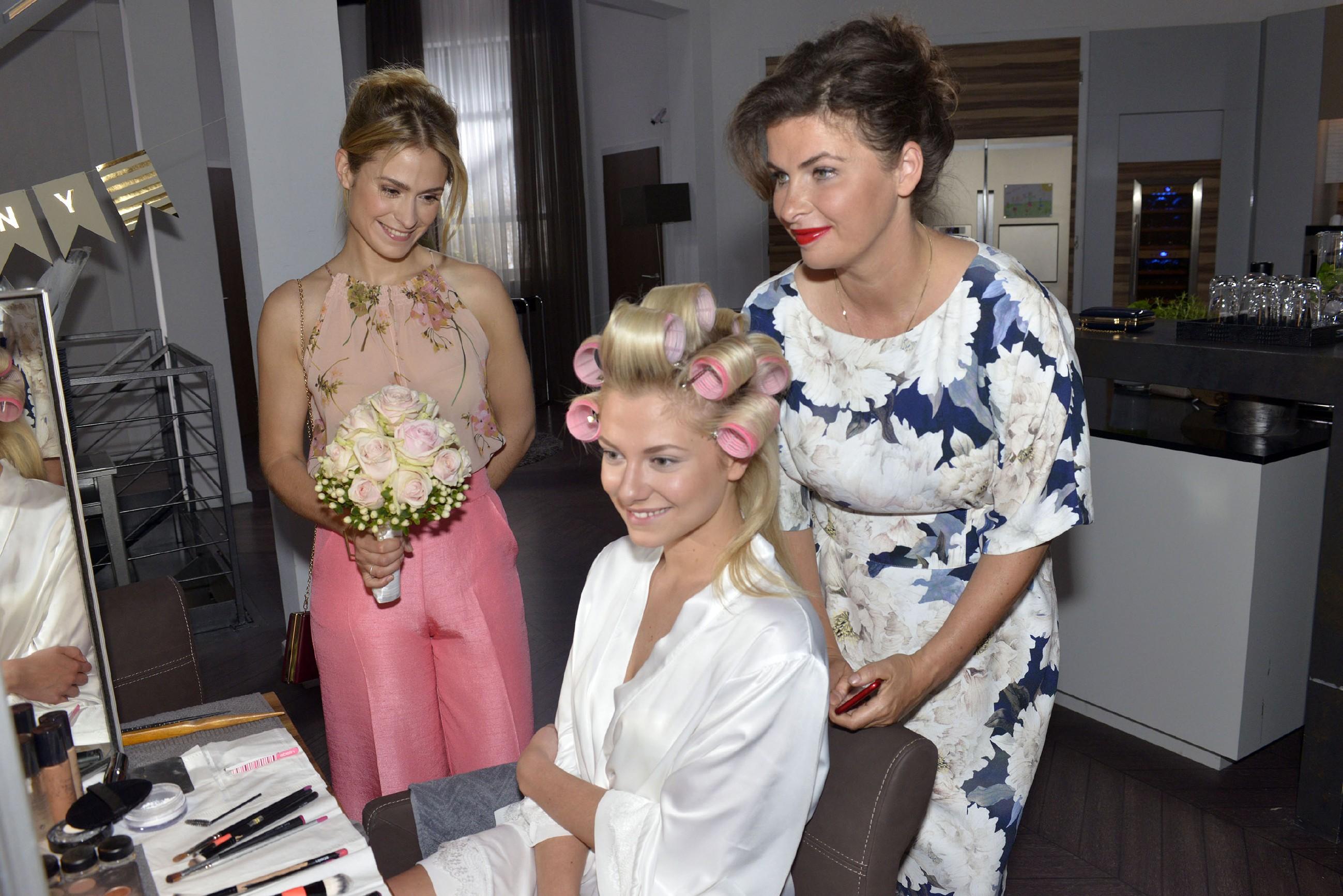 Sophie (Lea Marlen Woitack, l.) und Vanessa (Anne Brendler, r.) sind sich sicher, dass Sunny (Valentina Pahde) eine wunderschöne Braut sein wird. (Quelle: RTL / Rolf Baumgartner)