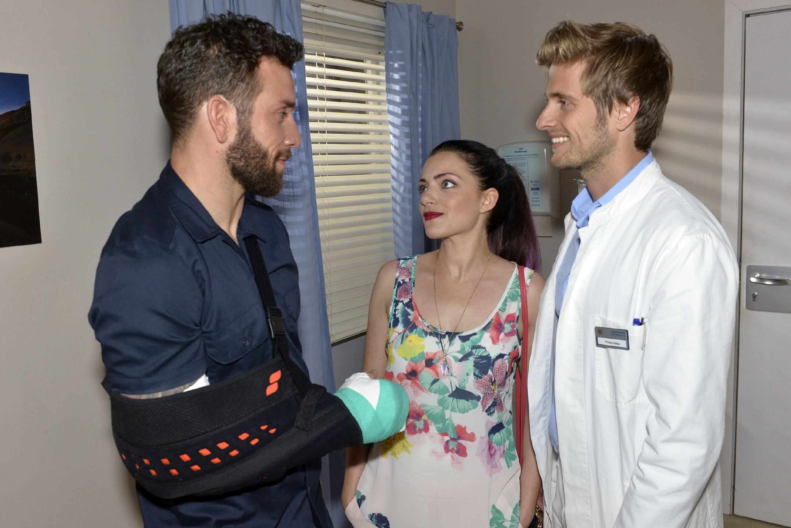 Als sich bei Philip (Jörn Schlönvoigt, r.) im Krankenhaus herausstellt, dass Roberto (Sascha Pederiva) nicht versichert ist, erklärt Emily (Anne Menden) sich bereit, seine Krankenhausrechnung zu übernehmen - Immerhin hat er Kates Leben gerettet. (Quelle: RTL / Rolf Baumgartner)