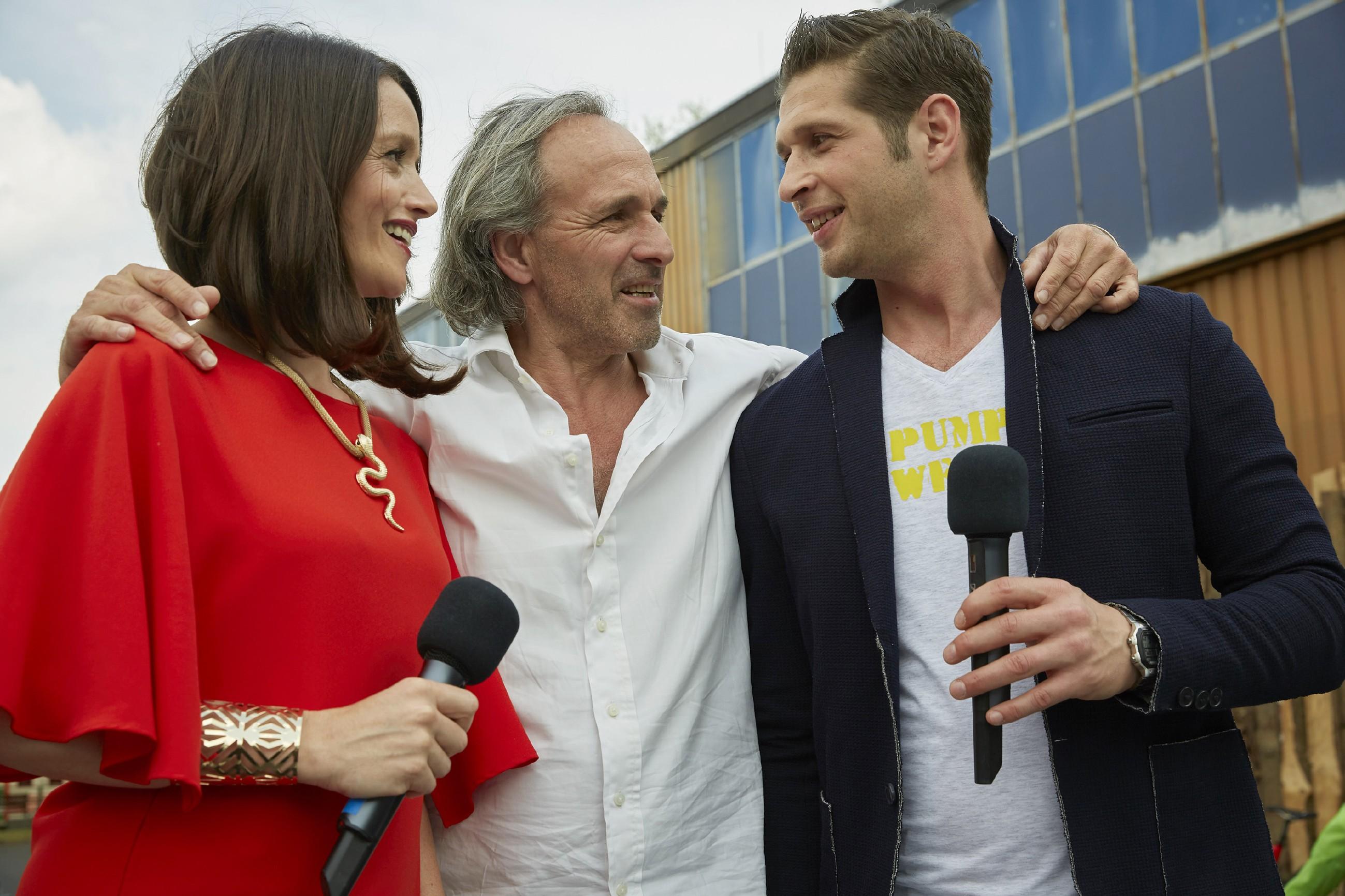 Jenny (Kaja Schmidt-Tychsen) und Deniz (Igor Dolgatschew, r.) erkennen stolz, dass ihr Event ein voller Erfolg ist und lassen sich von Johann (Holger Christian Gotha) beglückwünschen. (Quelle: RTL / Guido Engels)