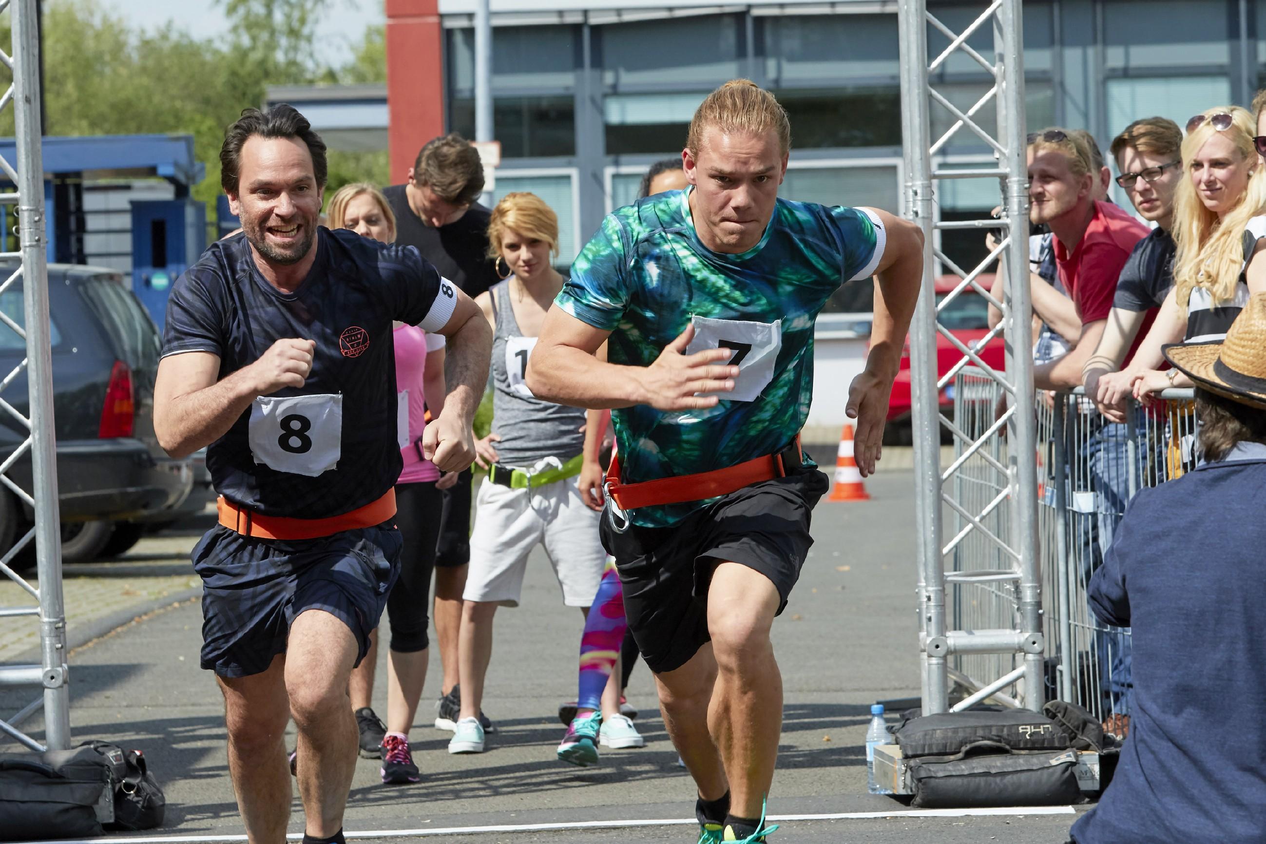 Thomas (Daniel Brockhaus, l.) und Leo (Julian Bayer) schenken sich bei dem Wettkampf _Battle oft he Best_ nichts. Wer wird als Erster über die Ziellinie gehen? (Quelle: RTL / Guido Engels)