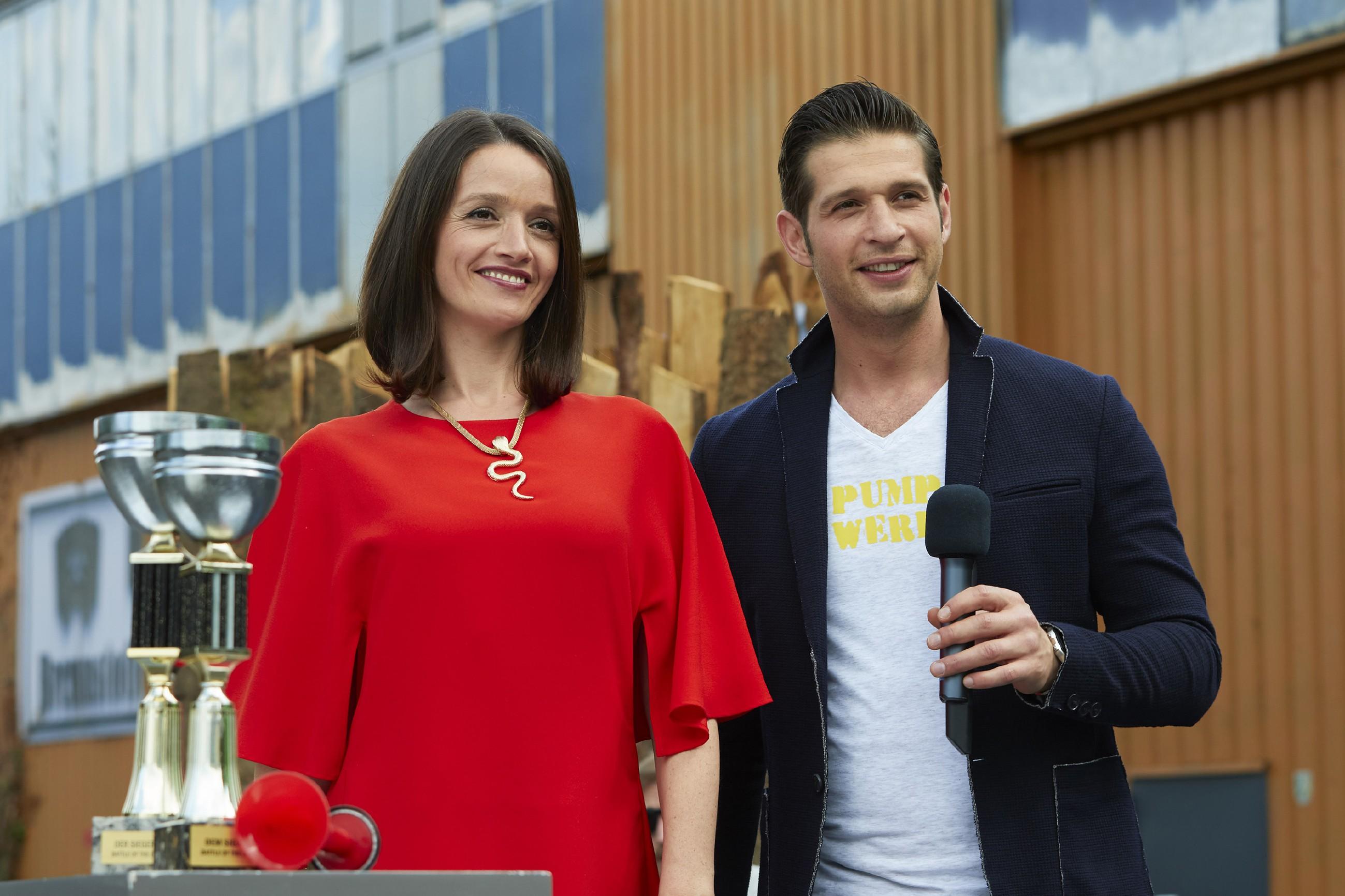 Jenny (Kaja Schmidt-Tychsen) und Deniz (Igor Dolgatschew) wird klar, dass Jennys Eltern den Promi-Sportler organisiert haben. (Quelle: RTL / Guido Engels)