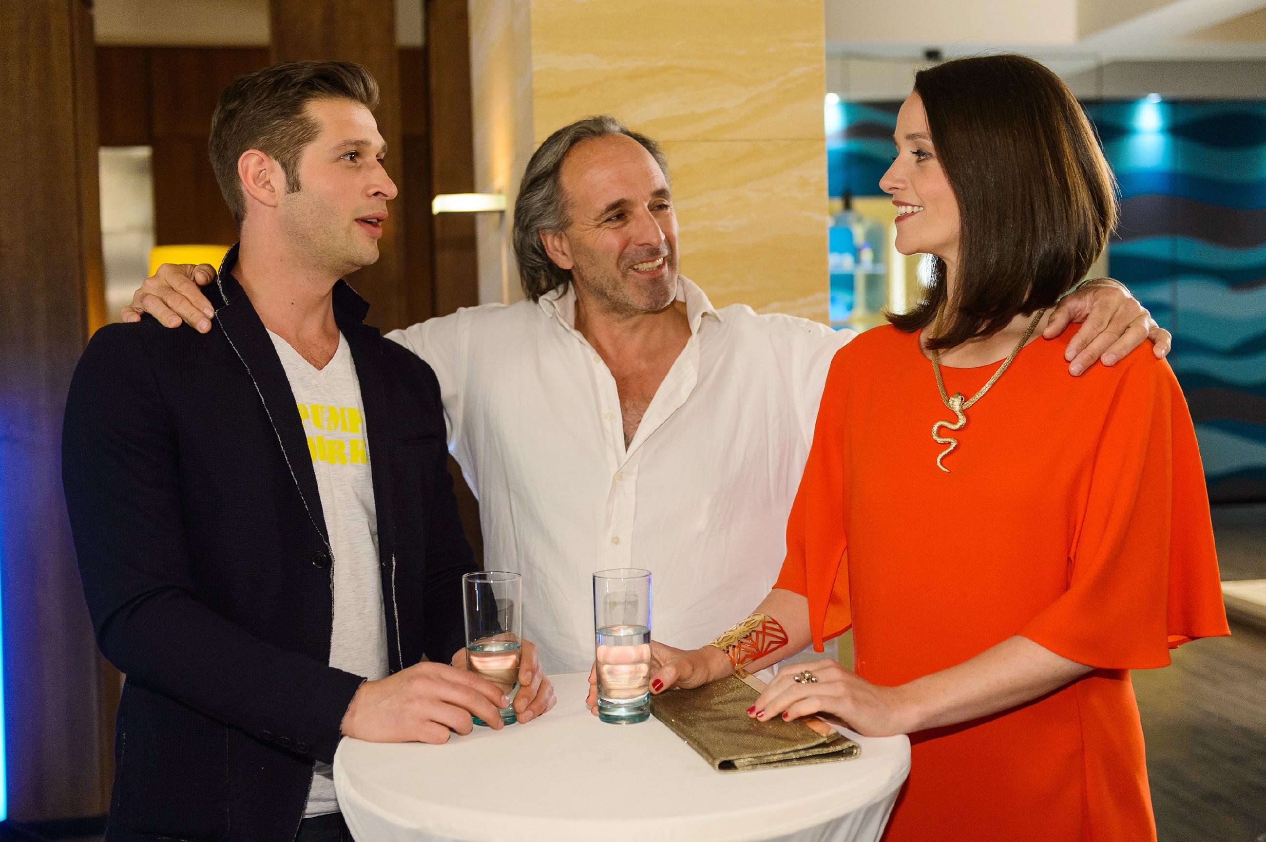 Deniz (Igor Dolgatschew, l.) und Jenny (Kaja Schmidt-Tychsen) überwinden sich und nehmen Johanns (Holger Christian Gotha) Angebot an. (Quelle: RTL / Willi Weber)