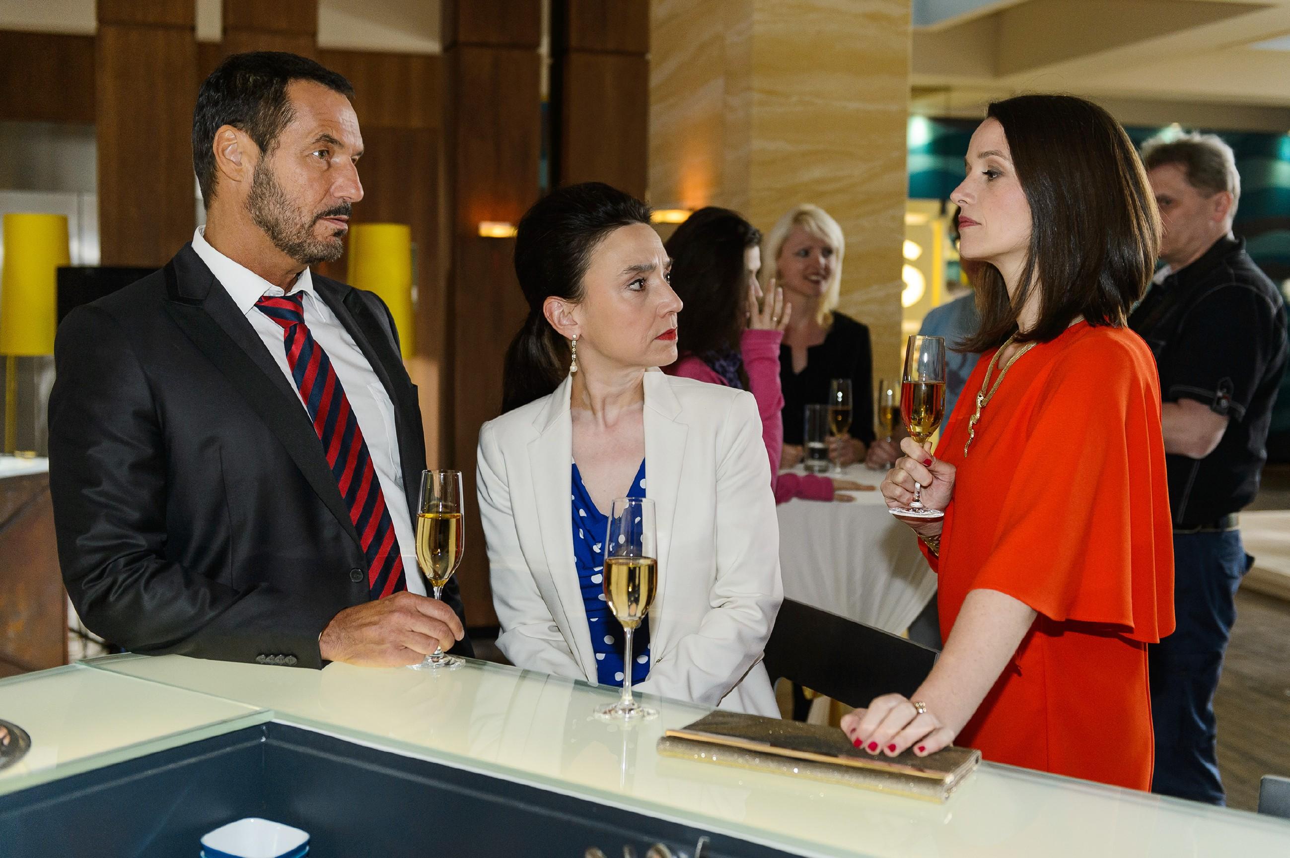Um sich selbst nicht verdächtig zu machen, behauptet Jenny (Kaja Schmidt-Tychsen, r.) vor Simone (Tatjana Clasing) und Richard (Silvan-Pierre Leirich), dass Deniz was von ihr will. (Quelle: RTL / Willi Weber)