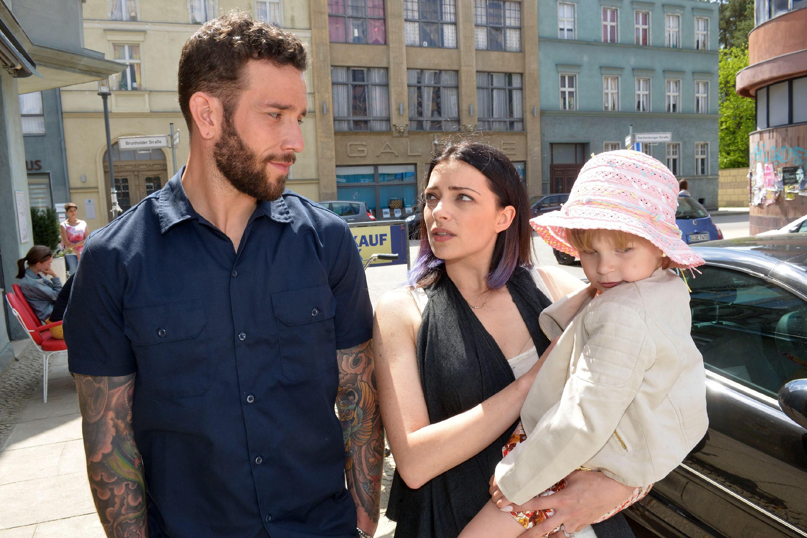 Emily (Anne Menden, M.) versucht Roberto (Sascha Pederiva) in Bezug auf Kate auf Distanz zu halten. (Quelle: RTL / Rolf Baumgartner)