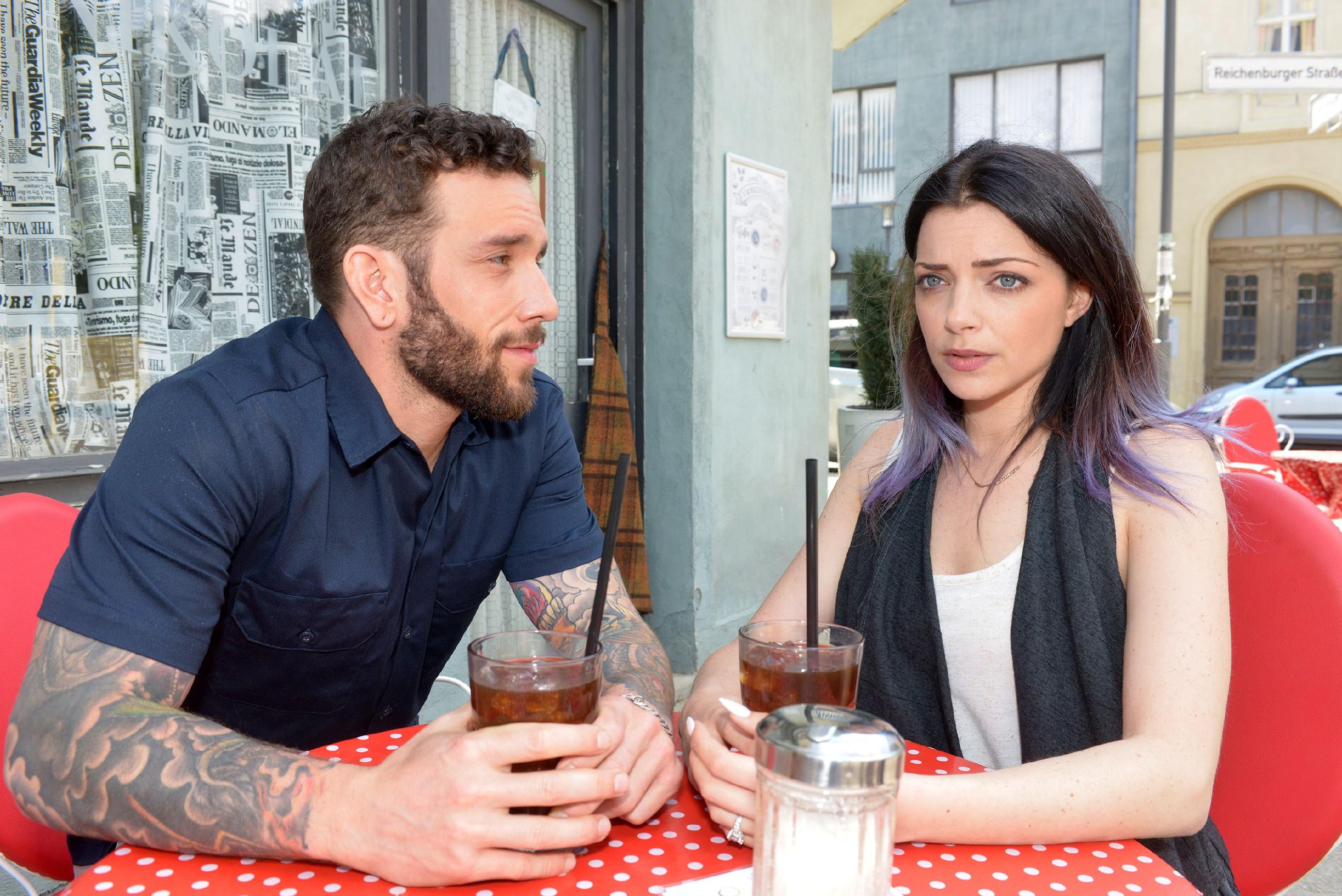 Mit mulmigem Gefühl lässt sich Emily (Anne Menden) auf ein Treffen mit Roberto (Sascha Pederiva) ein, ist jedoch entschlossen, ihm keinesfalls von seiner Vaterschaft zu erzählen. (Quelle: RTL / Rolf Baumgartner)