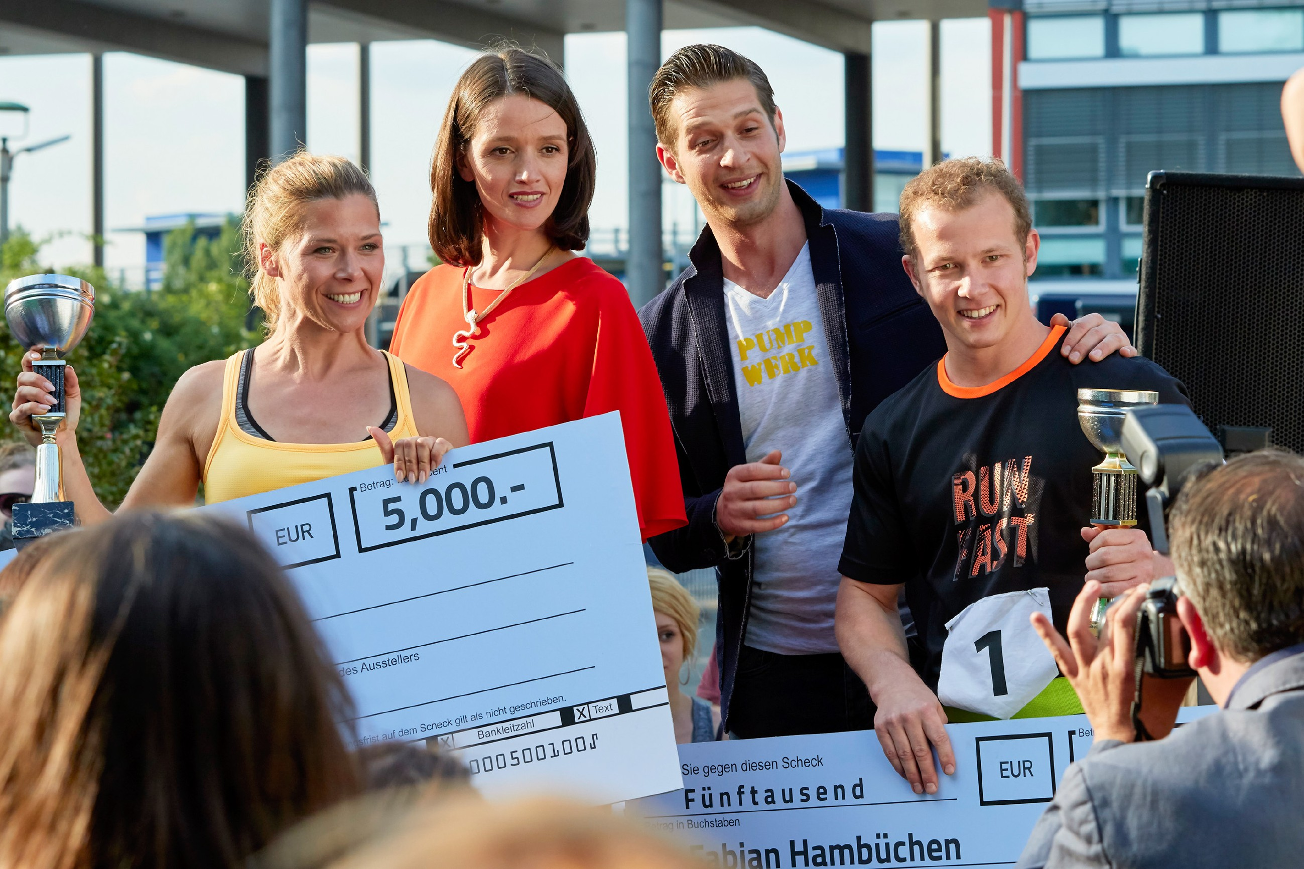 "Jenny (Kaja Schmidt-Tychsen, 2.v.l.) und Deniz (Igor Dolgatschew, 2.v.r.) präsentieren sich mit den ""Battle of the Best""-Gewinnern Diana (Tanja Szewczenko) und Fabian Hambüchen. (Quelle: RTL / Guido Engels)"