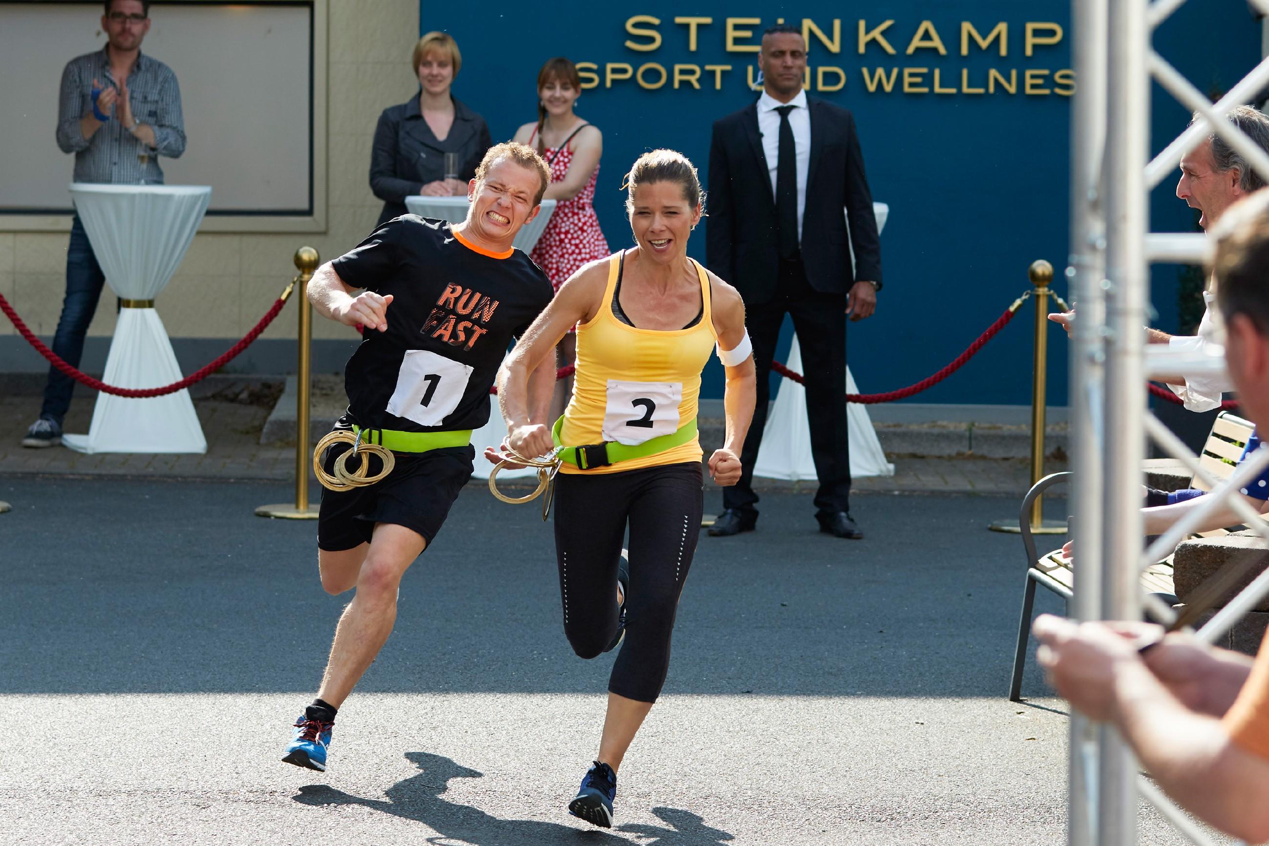 """Wird Diana (Tanja Szewczenko) den prominenten Mit-Sportler Fabian Hambüchen beim """"Battle of the Best"""" schlagen können? (Quelle: RTL / Guido Engels)"""
