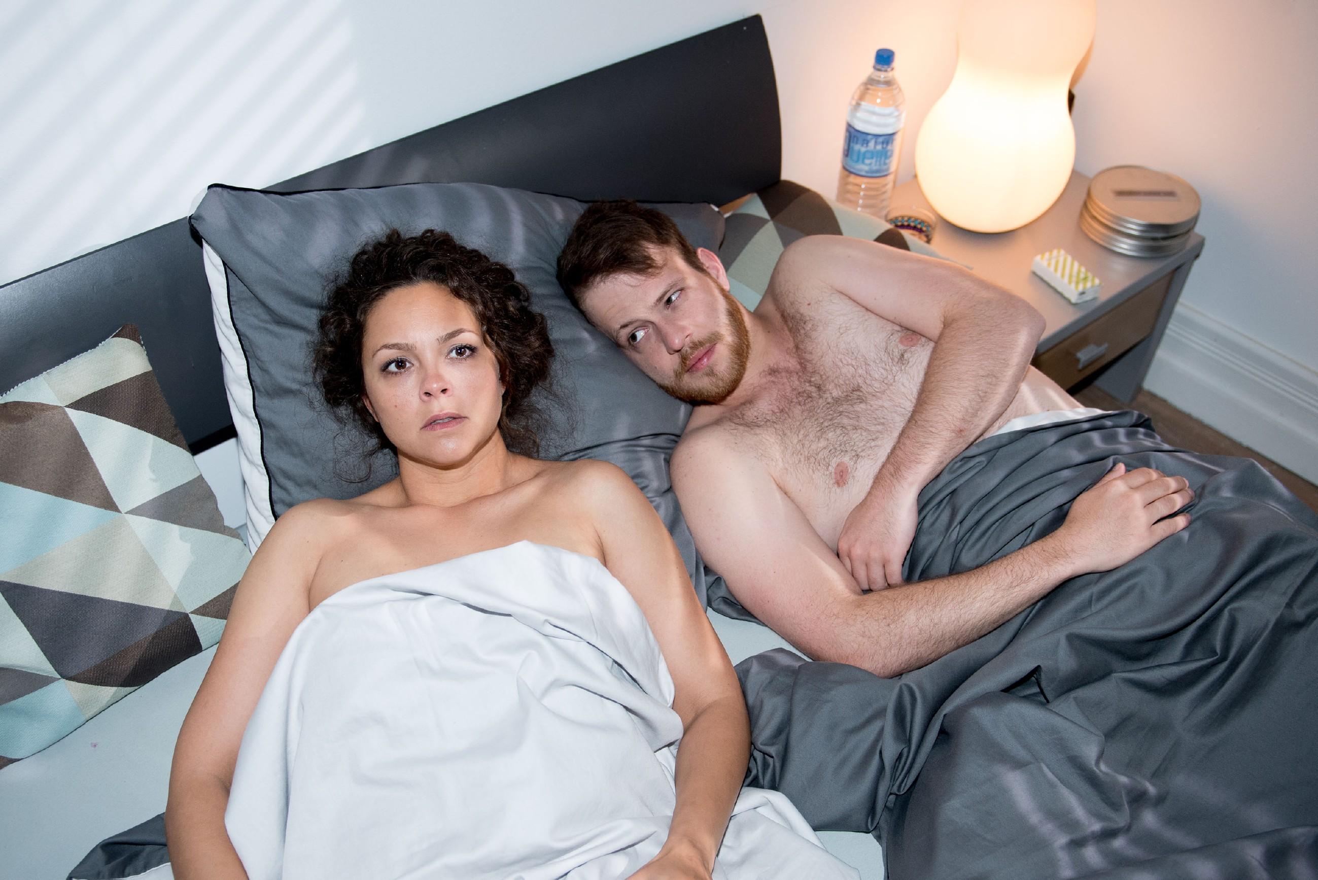 Nachdem Caro (Ines Kurenbach) die private Afterparty genossen hat, wacht sie zu ihrem Schrecken nicht im eigenen Bett, sondern neben Tobias (Patrick Müller) auf... (Quelle: RTL / Stefan Behrens)