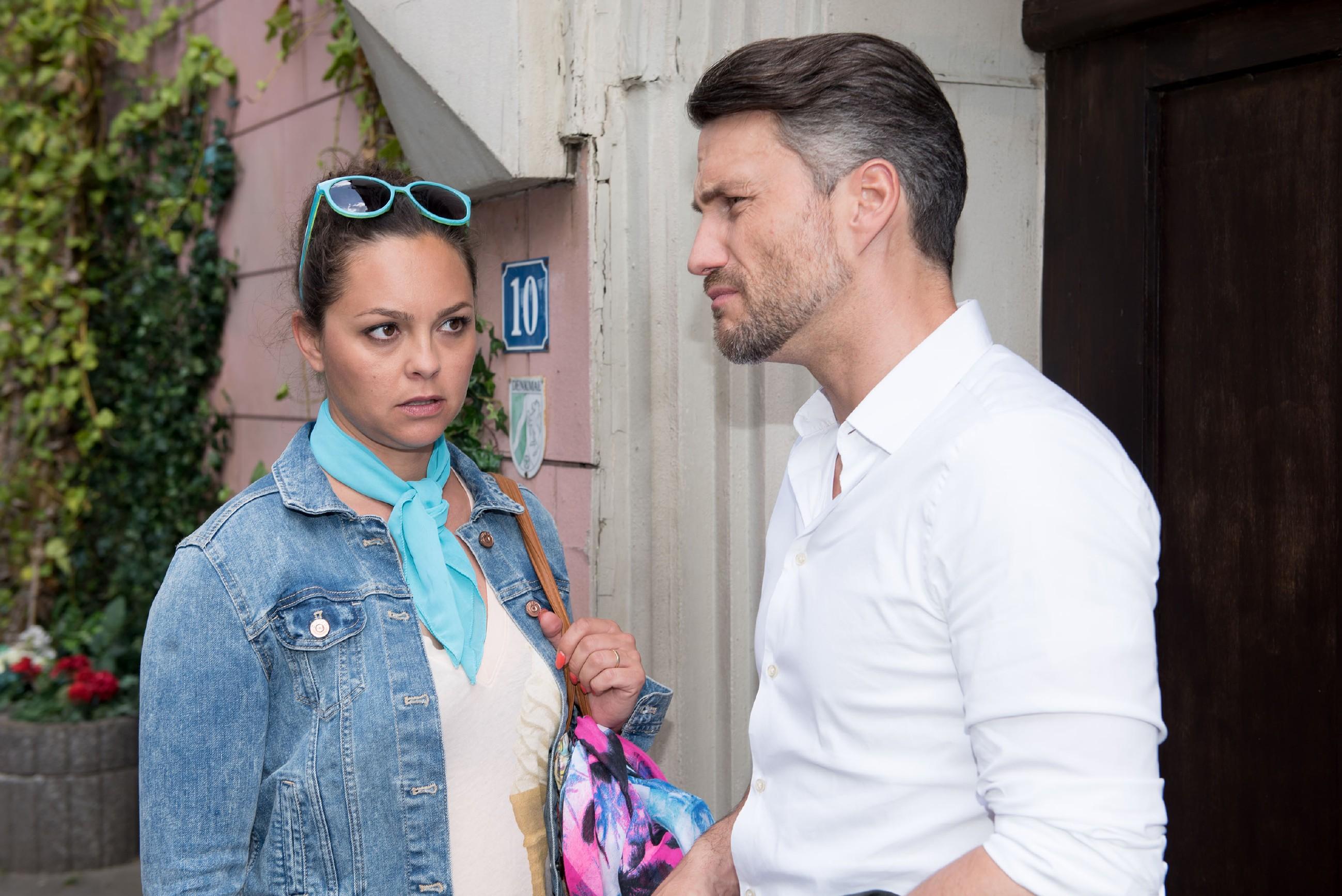 Zu Caros (Ines Kurenbach) Enttäuschung kommt Malte (Stefan Bockelmann) auf der Beachparty nicht in Stimmung und will die Party frühzeitig verlassen. (Quelle: RTL / Stefan Behrens)