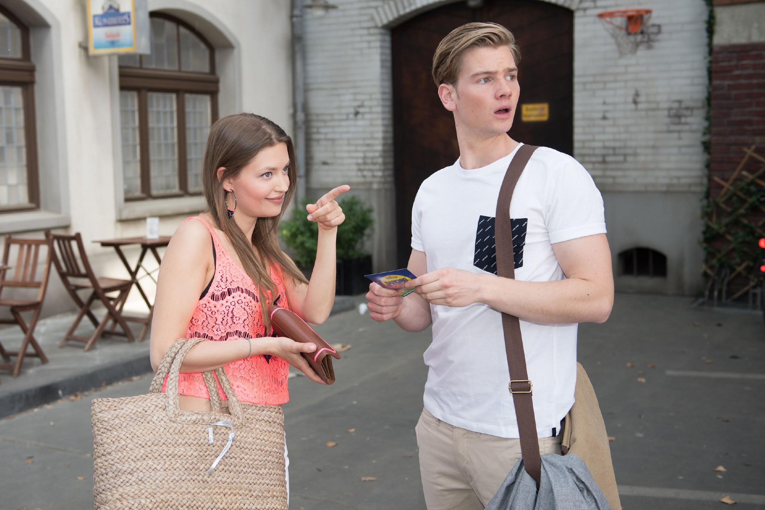 Valentin (Aaron Koszuta) hat Jule (Amrei Haardt) seit ihrem Ausraster die kalte Schulter gezeigt, freut sich allerdings, als diese einen Schritt auf ihn zu macht und ihn zur Beachparty einlädt. (Quelle: RTL / Stefan Behrens)