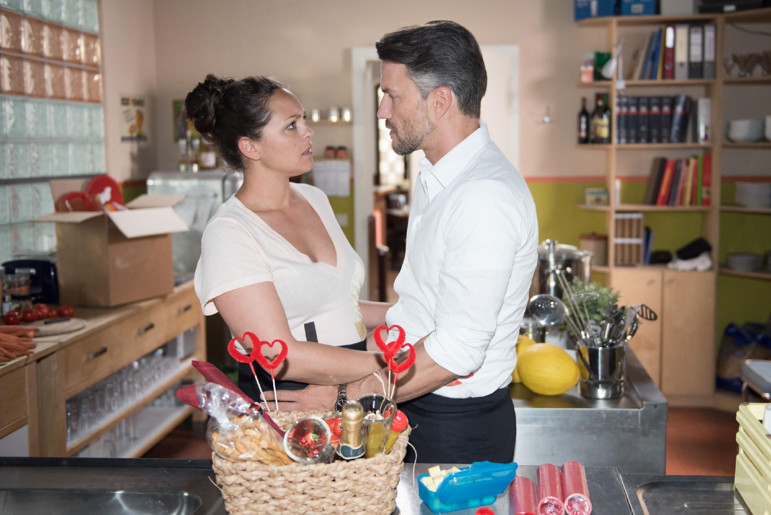 Malte (Stefan Bockelmann) ruiniert unbedacht Caros (Ines Kurenbach) Versuch, ihre angeschlagene Beziehung wieder in Schwung zu bringen. (Quelle: RTL / Stefan Behrens)