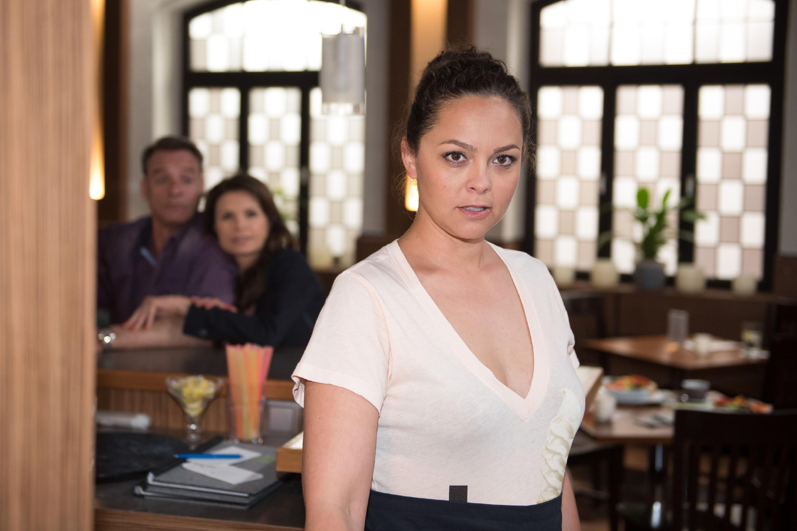 Caro (Ines Kurenbach) kommt durch Britta auf eine Idee, wie sie die Romantik mit Malte wieder aufleben lassen kann. (Quelle: RTL / Stefan Behrens)