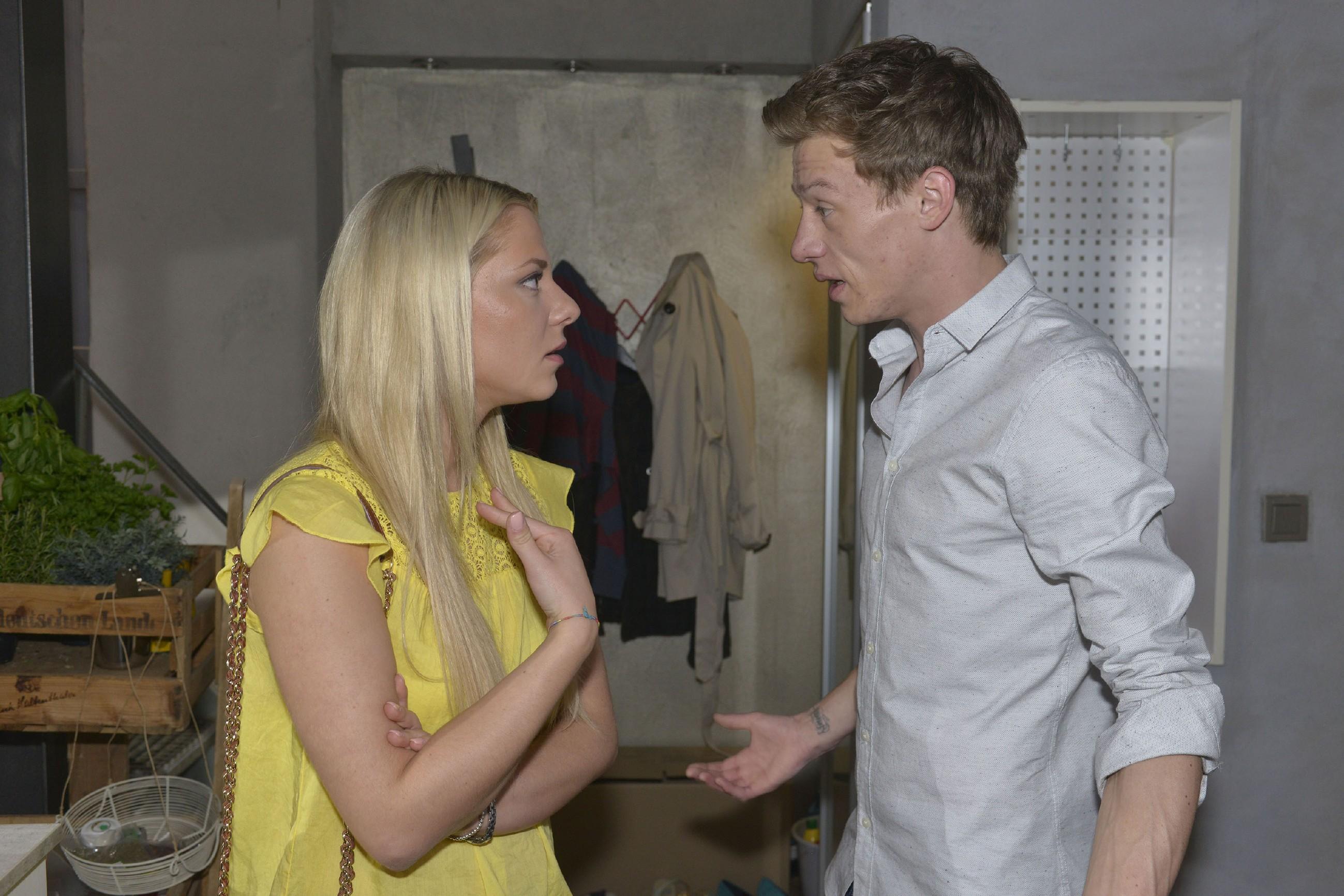 Als Vince (Vincent Krüger) Sunny (Valentina Pahde) hoffnungsvoll fragt, ob sie nach seiner Therapie noch eine Chance haben, ringt sich Sunny schweren Herzens zu einem Entschluss durch... (Quelle: RTL / Rolf Baumgartner)