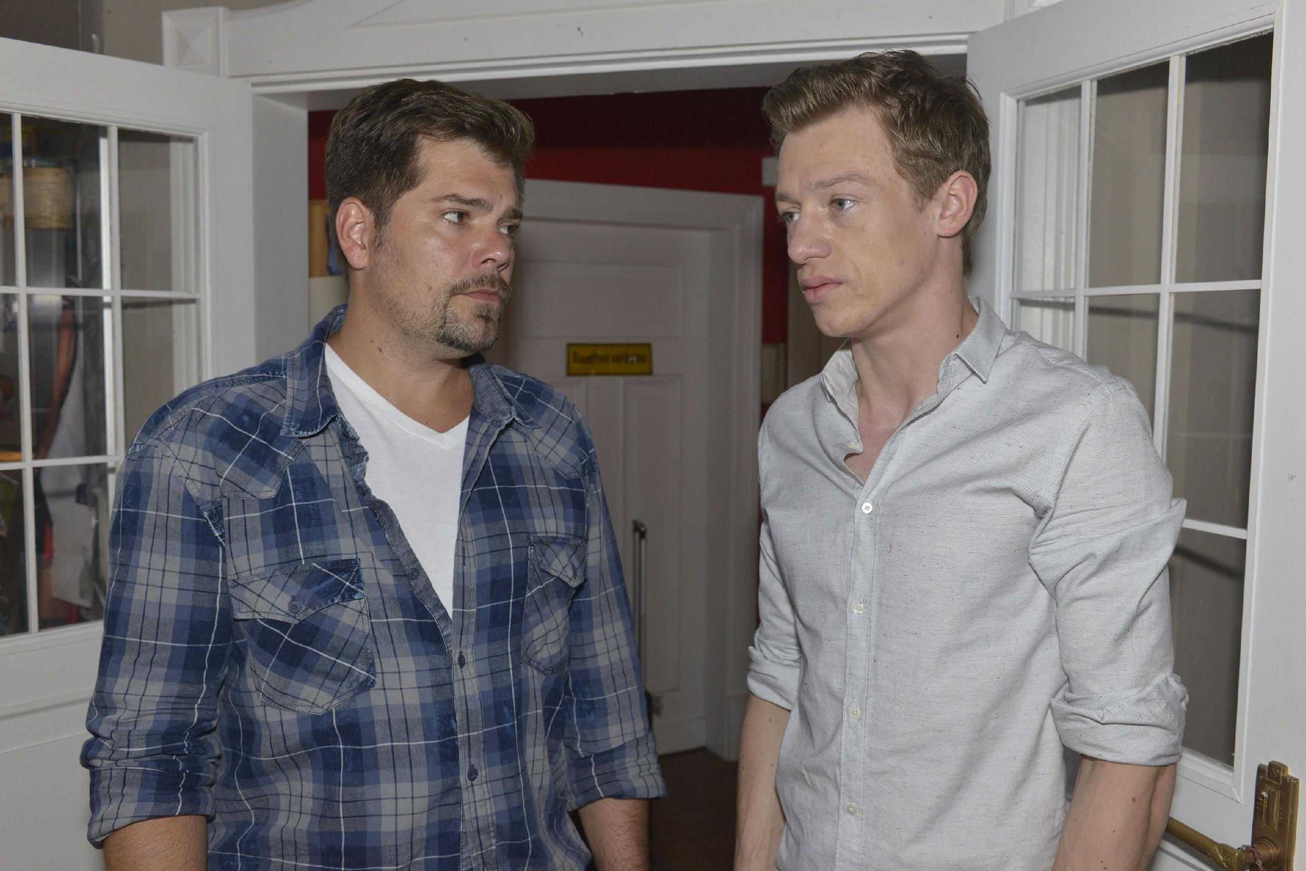 Sophie (Lea Marlen Woitack) und Leon (Daniel Fehlow) haben wenig Hoffnung, dass Vince und Sunny sich versöhnen. (Quelle: RTL / Rolf Baumgartner)
