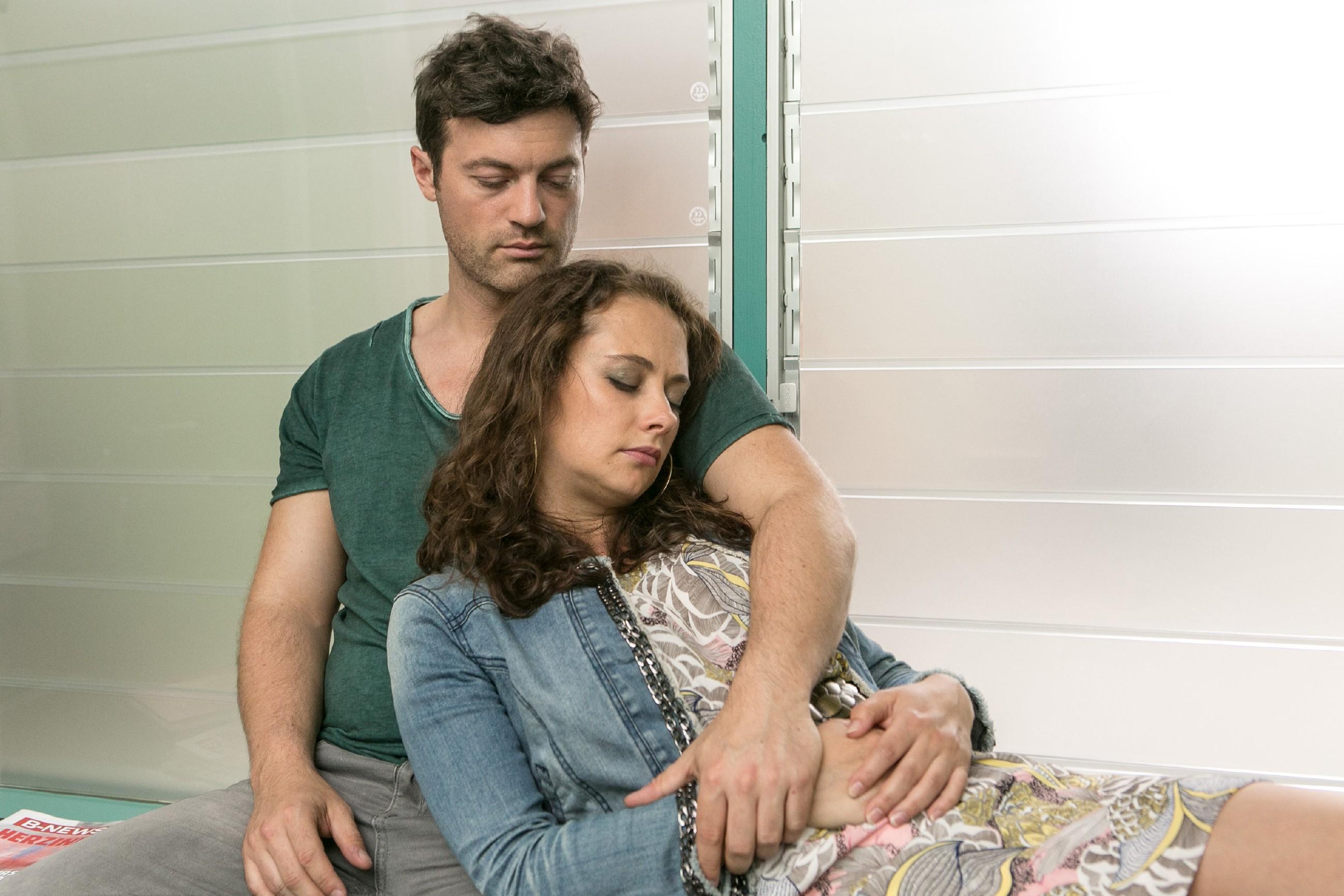 Carmen (Heike Warmuth) findet in ihrer Angst um Michelle Halt bei Ben (Jörg Rohde). (Quelle: RTL / Kai Schulz)