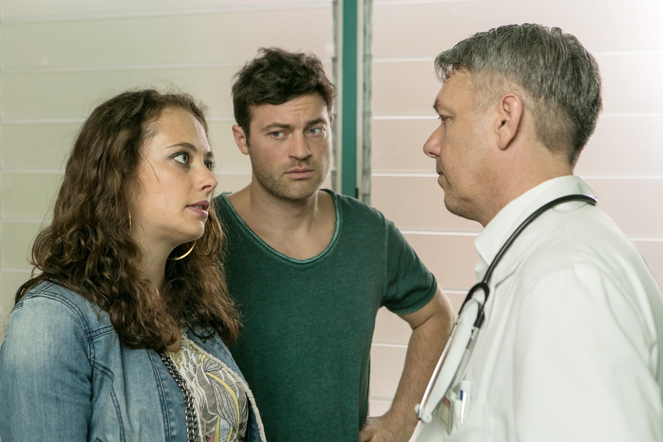 Carmen (Heike Warmuth) erfährt im Beisein von Ben (Jörg Rohde, M.) ernüchtert von einem Arzt (Komparse), dass es in punkto Diagnose keine Neuigkeiten bei Michelle gibt. (Quelle: RTL / Kai Schulz)