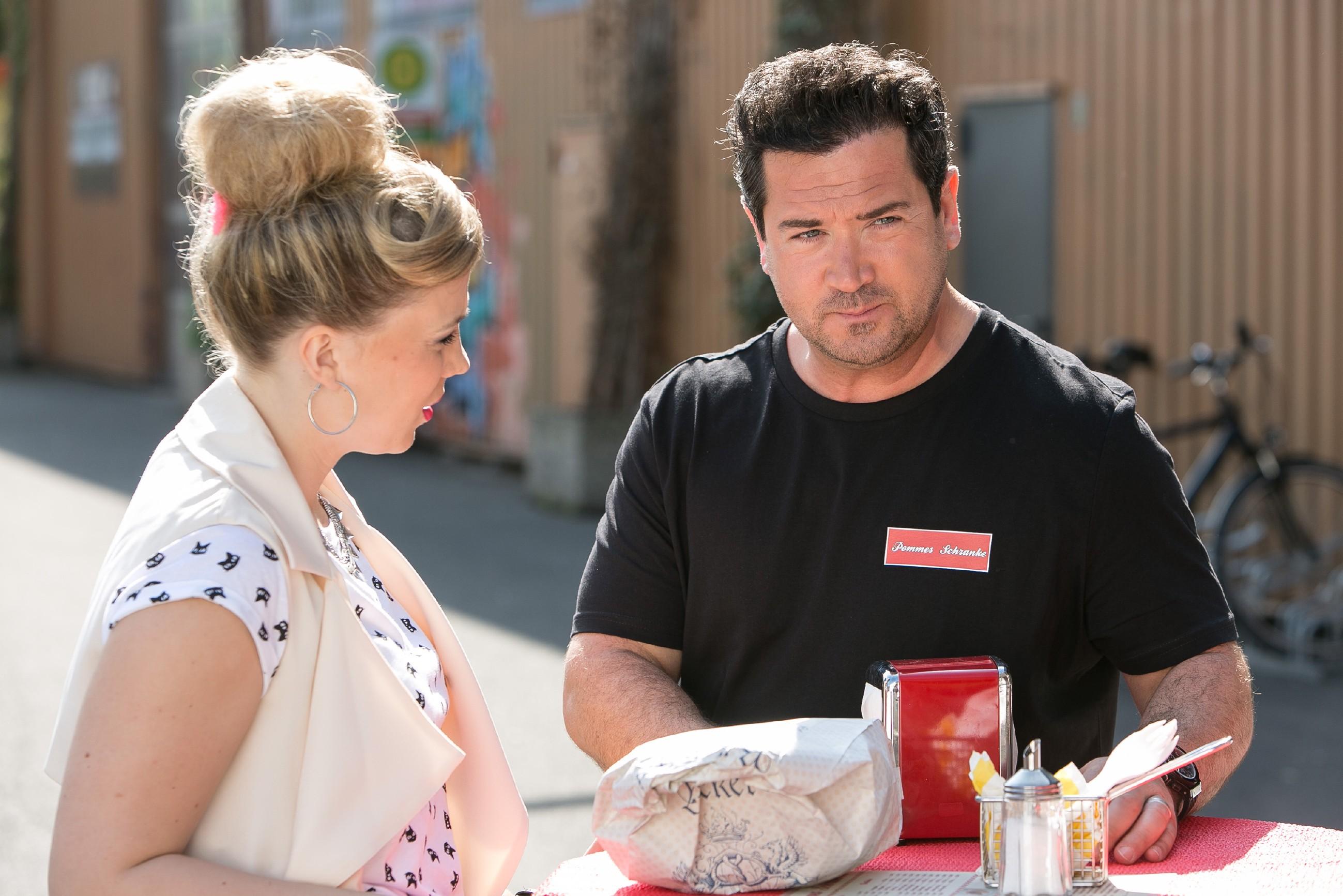 Marian (Sam Eisenstein) erfährt völlig überrascht von Iva (Christina Klein), dass Lena gar nicht vorhatte, Thomas' Einladung anzunehmen. (Quelle: RTL / Kai Schulz)