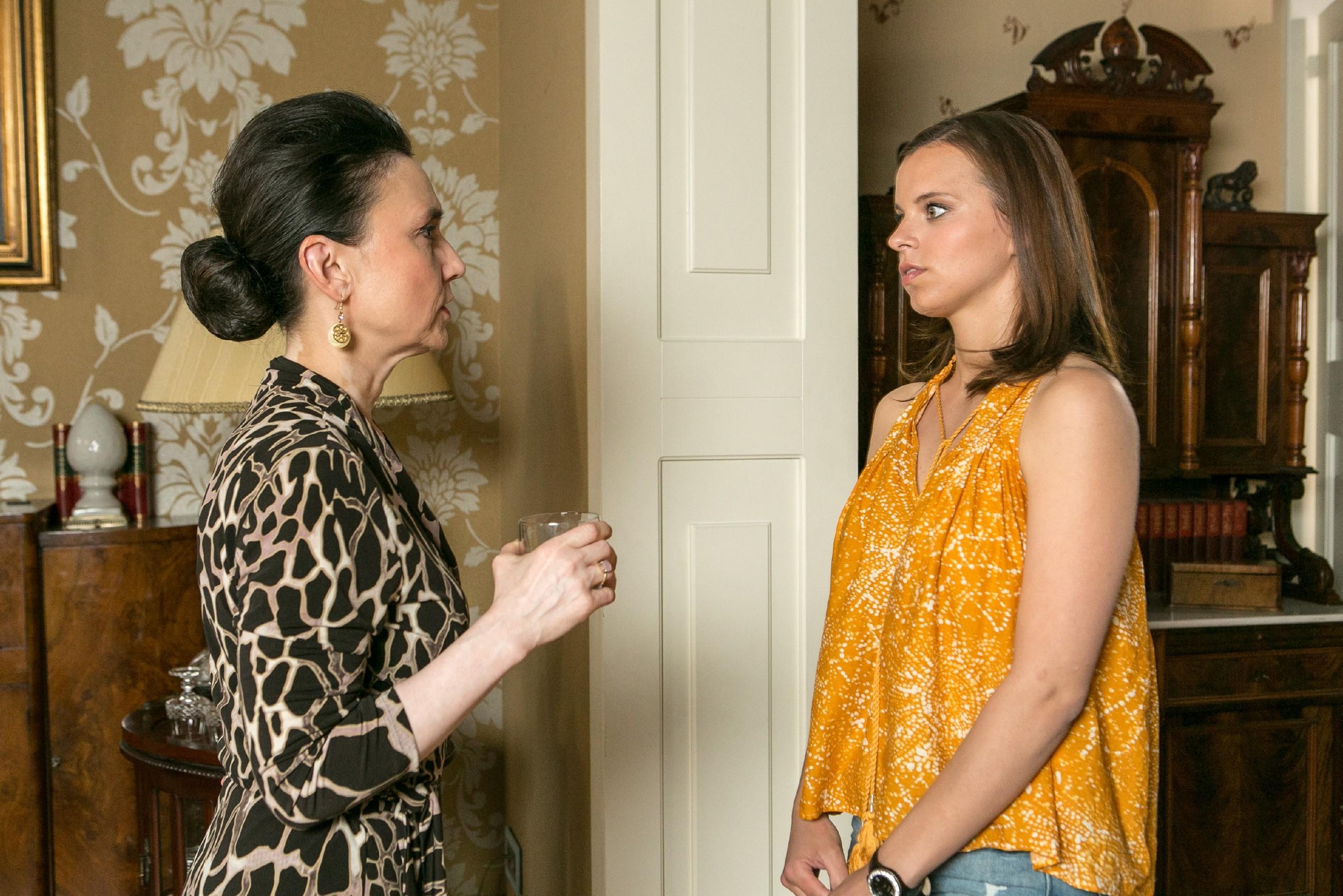 Für Michelle (Franziska Benz) kommt es noch dicker, als Simone (Tatjana Clasing, l.) ihr weitere Unterstützung versagt. (Quelle: RTL / Kai Schulz)