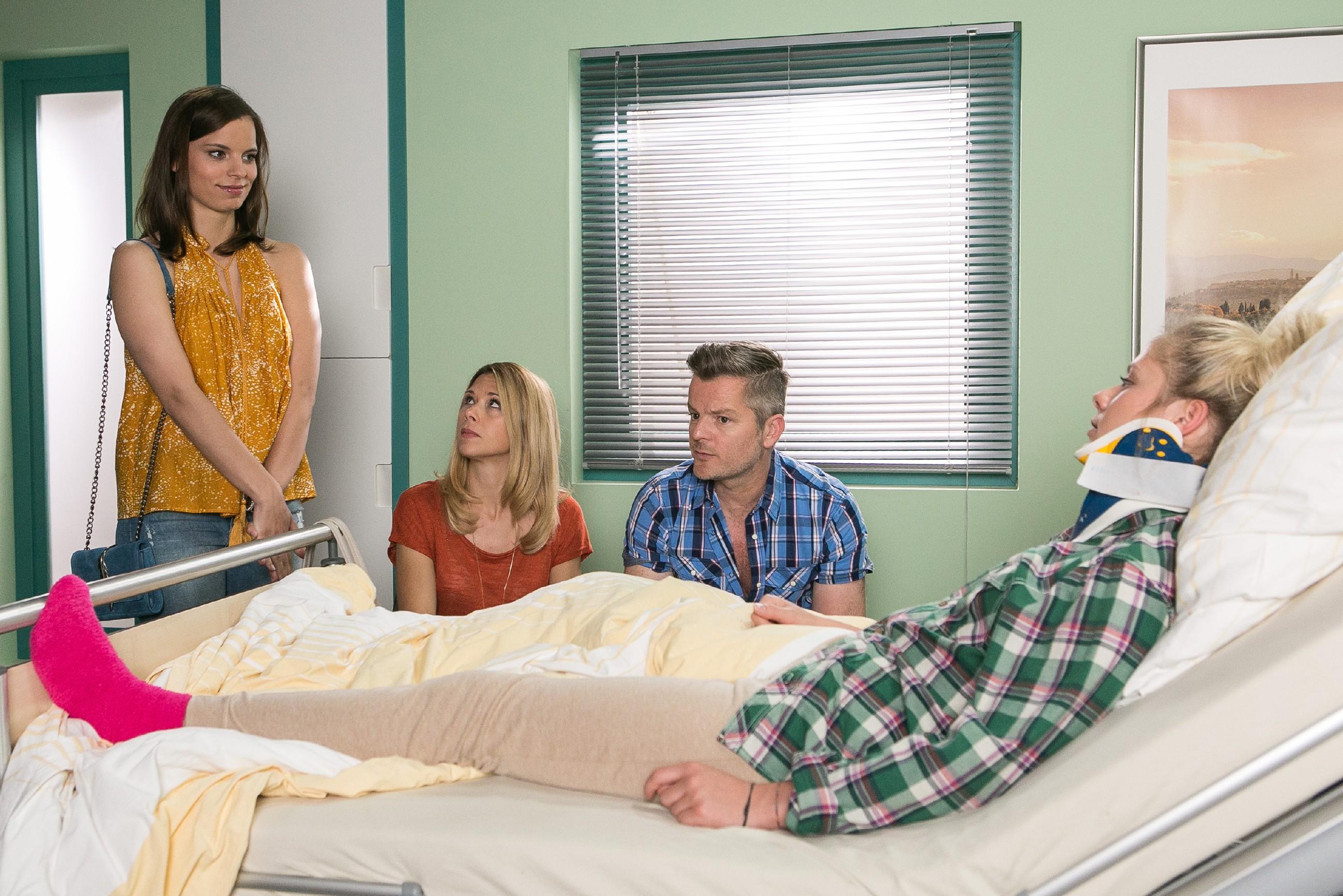 Diana (Tanja Szewczenko, 2.v.l.) und Ingo (André Dietz) versuchen Marie (Cheyenne Pahde, r.) im Krankenhaus weiter aufzubauen, als plötzliche Michelle (Franziska Benz) auftaucht, um sich bei Marie zu entschuldigen... (Quelle: RTL / Kai Schulz)