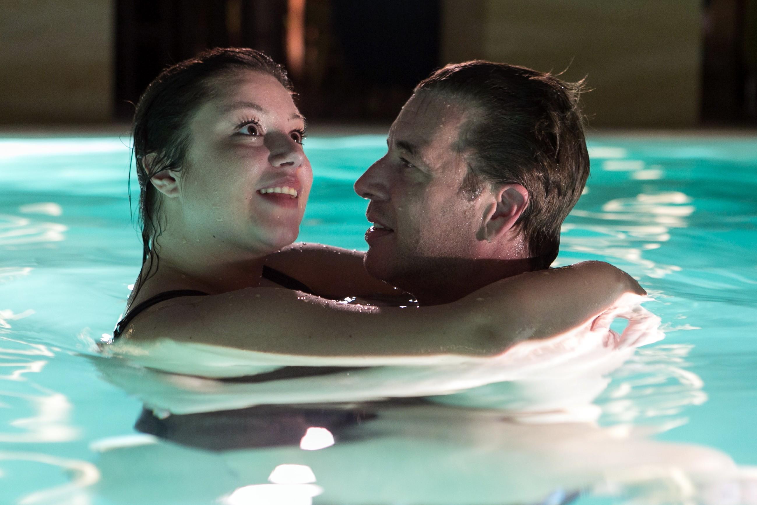 Vanessa (Julia Augustin) versucht Christoph (Lars Korten) mit einem nächtlichen Besuch des Pools im Steinkamp-Zentrums auf andere Gedanken zu bringen. (Quelle: RTL / Kai Schulz)