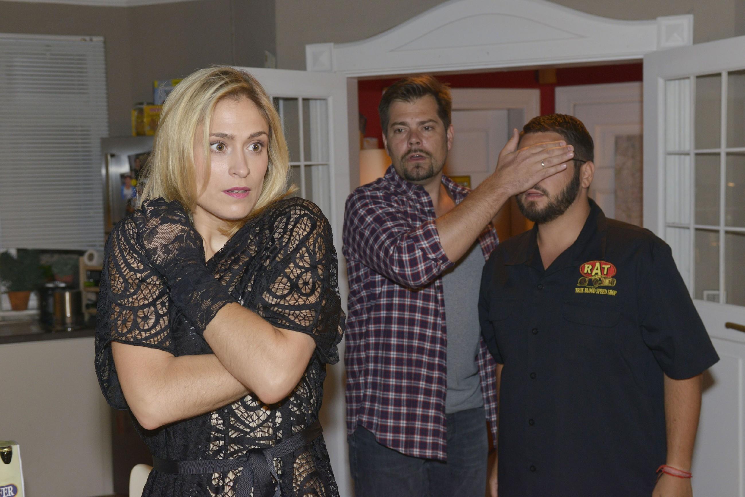 Als Sophie (Lea Marlen Woitack) früher als erwartet von ihrem Termin zurückkehrt und Leon (Daniel Fehlow, M.) mit einer sexy Überraschung erwartet, kann sie nicht wissen, dass er Tuner (Thomas Drechsel) im Schlepptau hat... (Quelle: RTL / Rolf Baumgartner)