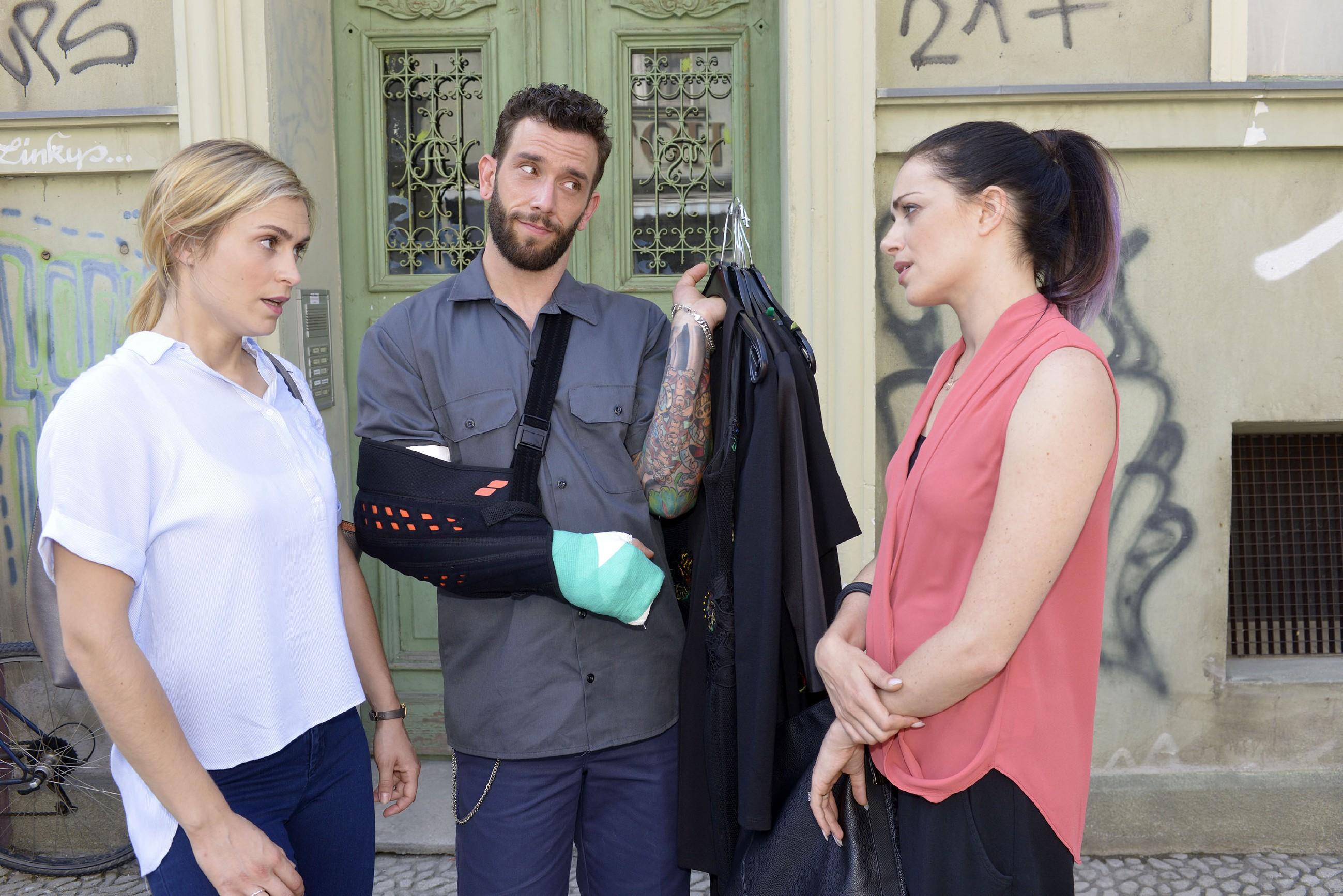 Im Beisein von Roberto (Sascha Pederiva) macht Emily (Anne Menden, r.) ihrem Unmut Luft, dass ausgerechnet Sophie (Lea Marlen Woitack) City Stylz bei dem Modewettbewerb repräsentieren wird.