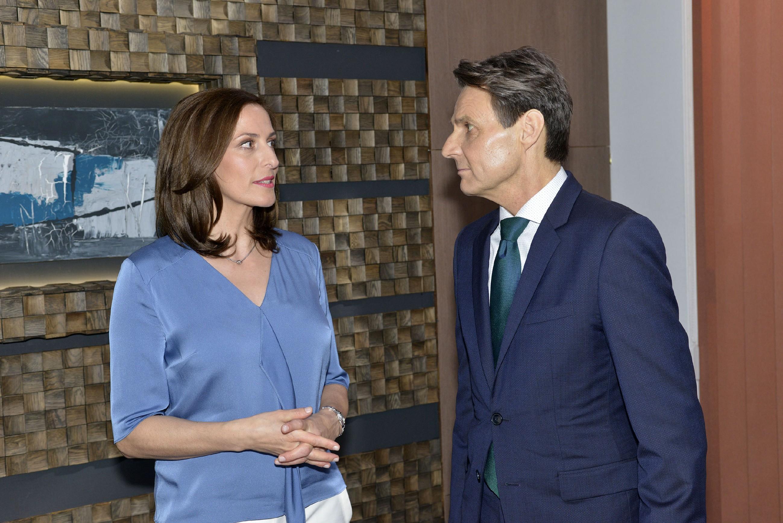 Gerner (Wolfgang Bahro) macht Katrin (Ulrike Frank) spontan einen Heiratsantrag... (Quelle: RTL / Rolf Baumgartner)