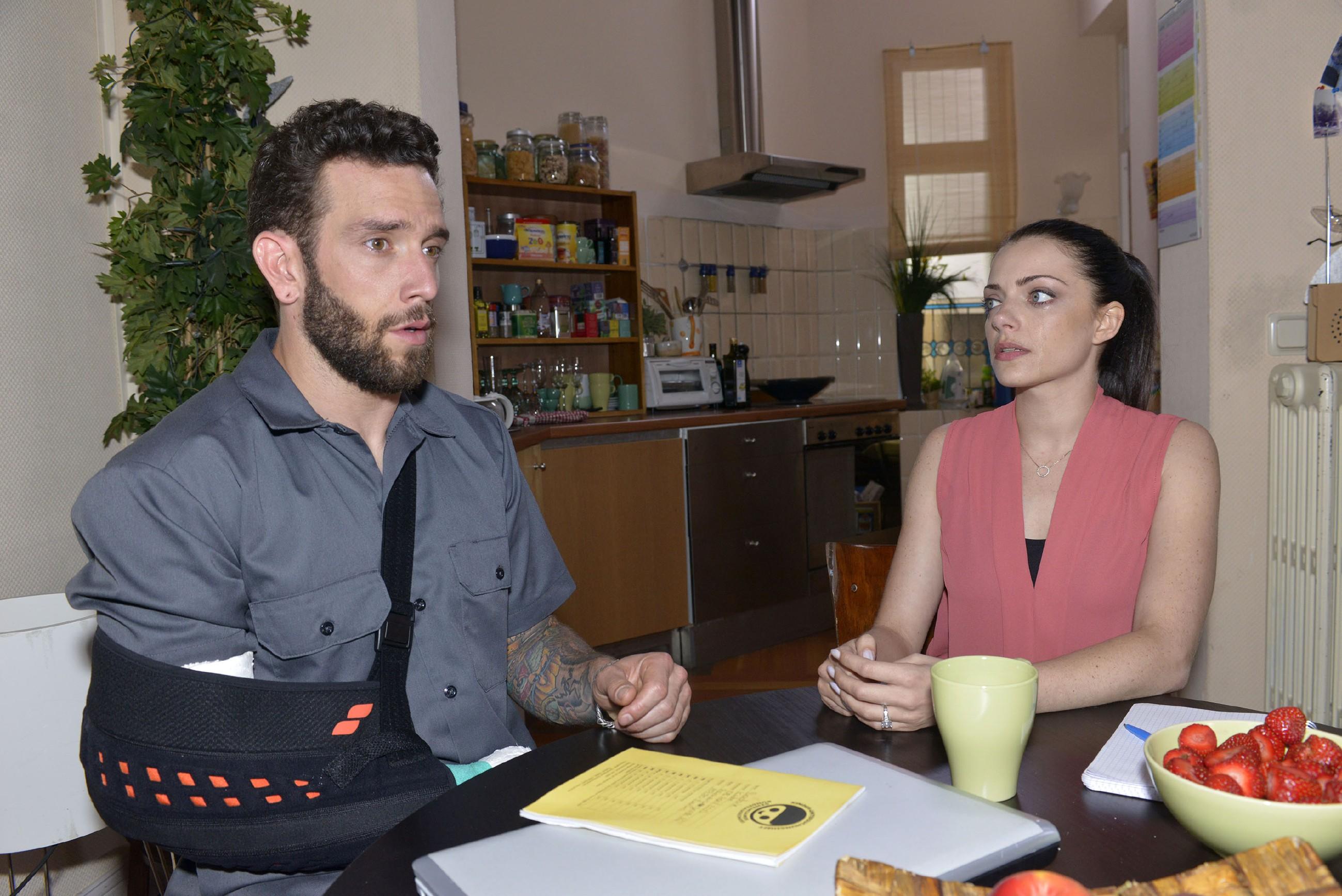 Emily (Anne Menden) merkt, dass sie um die Wahrheit nicht mehr herumkommt und eröffnet Roberto (Sascha Paderiva), dass er Kates Vater ist... (Quelle: RTL / Rolf Baumgartner)