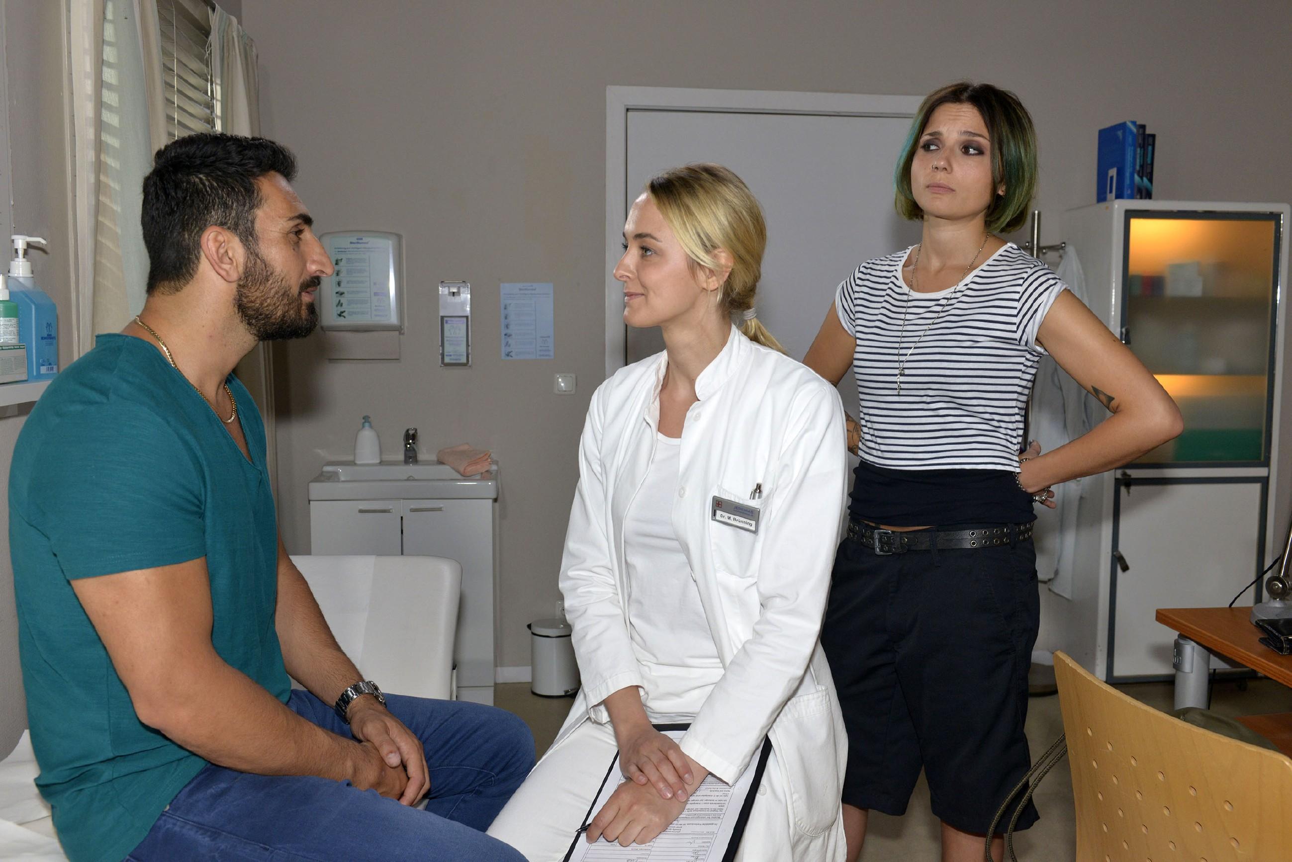 Anni (Linda Marlen Runge r.) ertappt Mesut (Mustafa Alin) bei seinem Flirt mit Maja (Anne Catrin Märzke). (Quelle: RTL / Rolf Baumgartner)