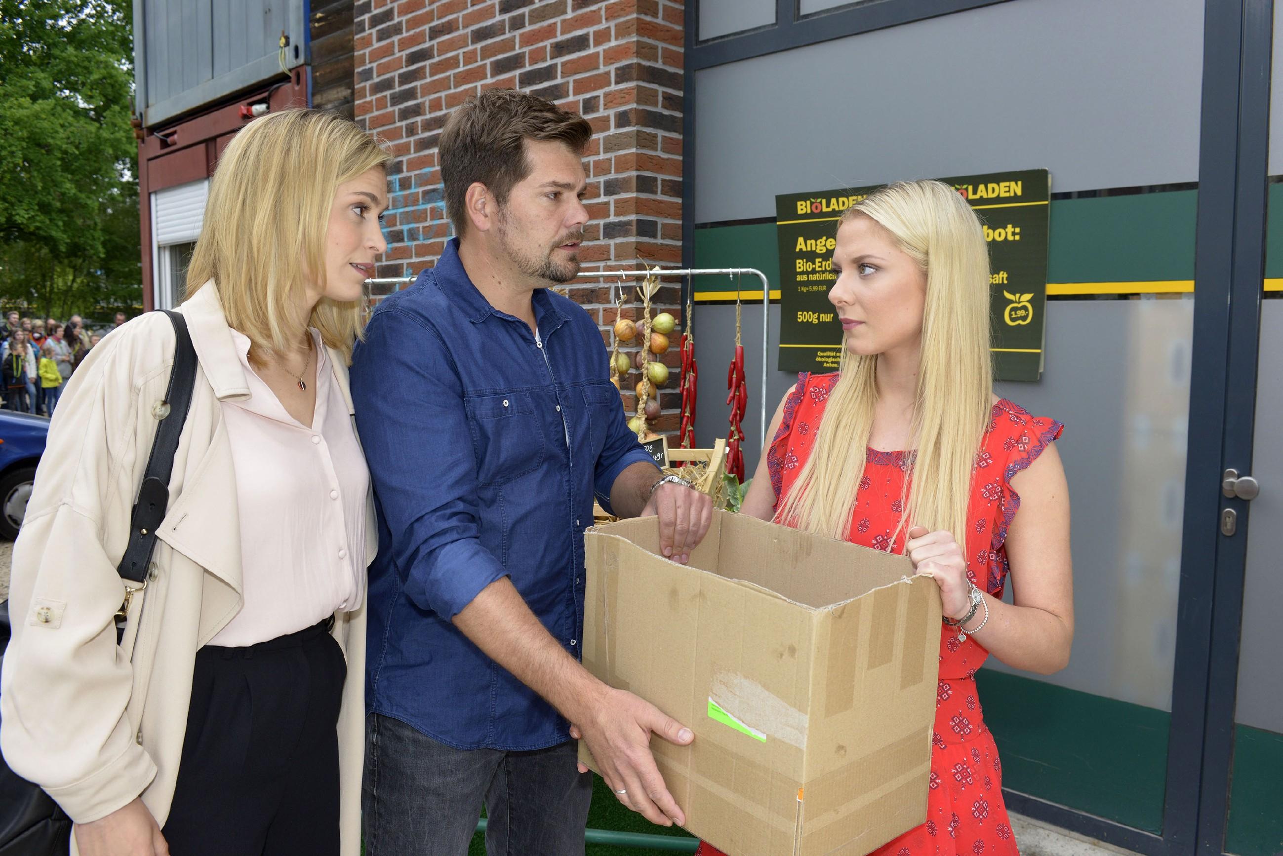 Sophie (Lea Marlen Woitack, l.) und Leon (Daniel Fehlow) erkennen, dass Sunny (Valentina Pahde) ihre Trennung von Vince durchziehen will. (Quelle: RTL / Rolf Baumgartner)