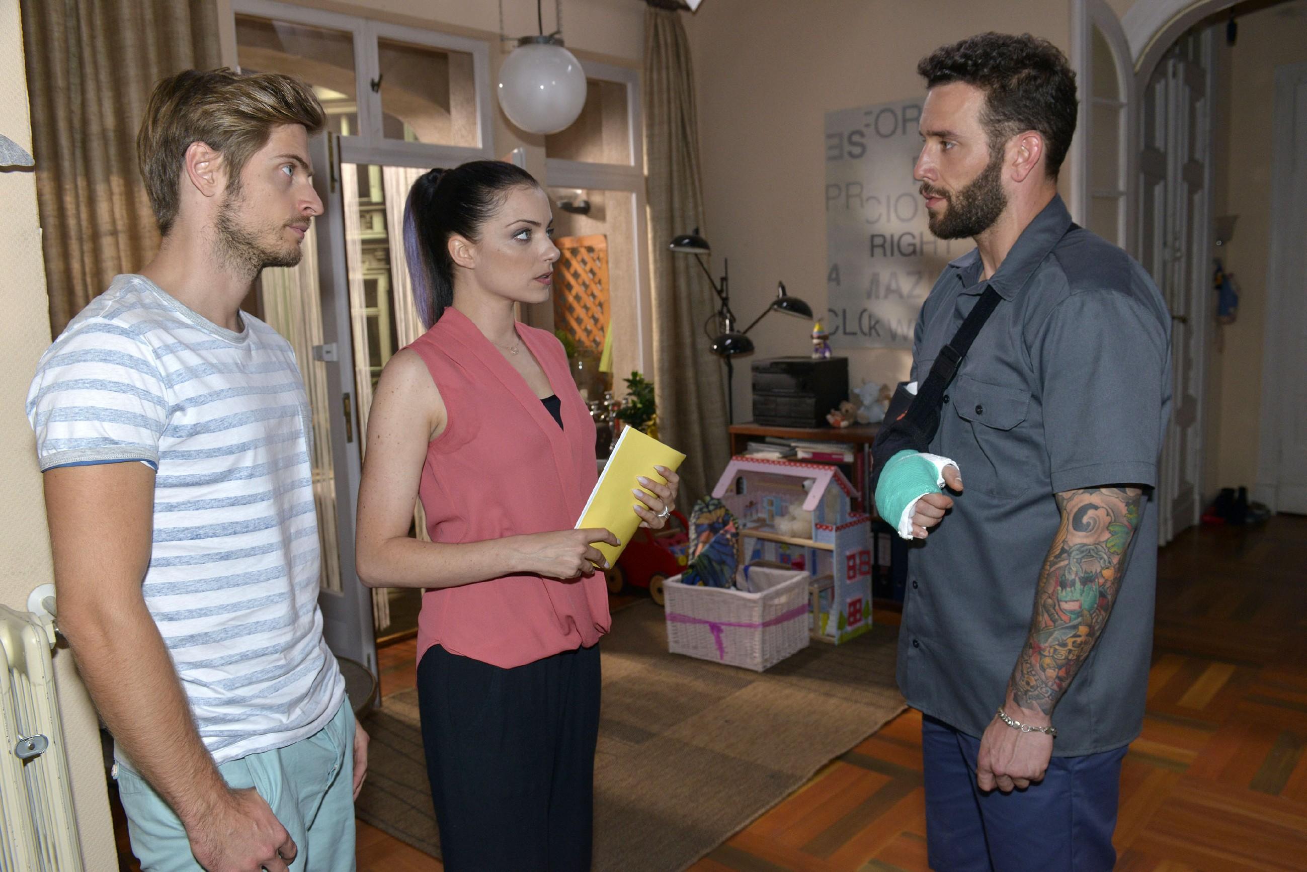 Als Philip (Jörn Schlönvoigt, l.) Emily (Anne Menden) erneut dazu drängt, Roberto (Sascha Pederiva) die Wahrheit zu sagen, hört der zufällig mit. Fassungslos stellt er Emily die Gretchenfrage: Ist Kate seine Tochter?