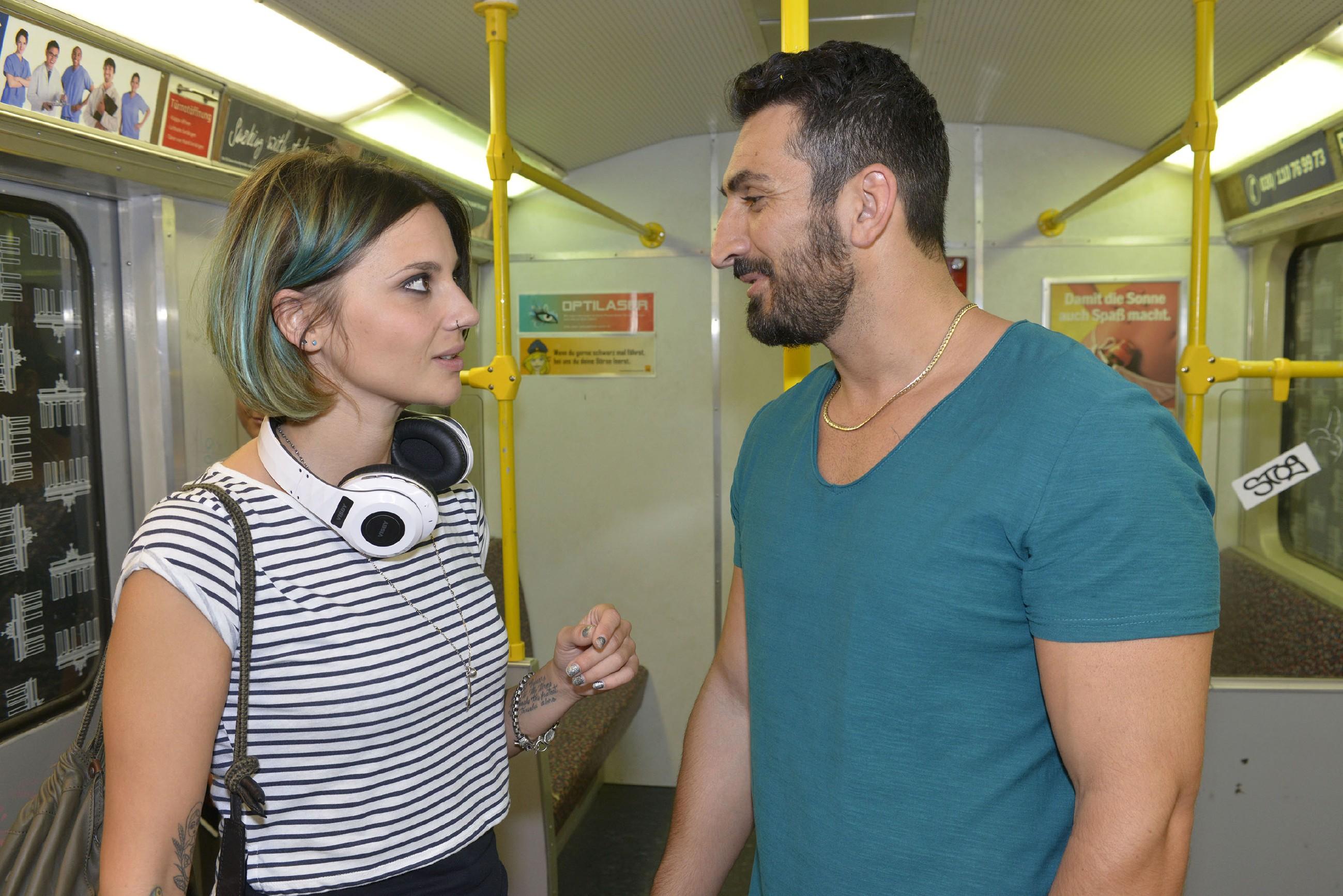 Mesut (Mustafa Alin) wettet mit Anni (Linda Marlen Runge), dass er dreißig Tage ohne Dates, Flirts oder Sex auskommt. (Quelle: RTL / Rolf Baumgartner)