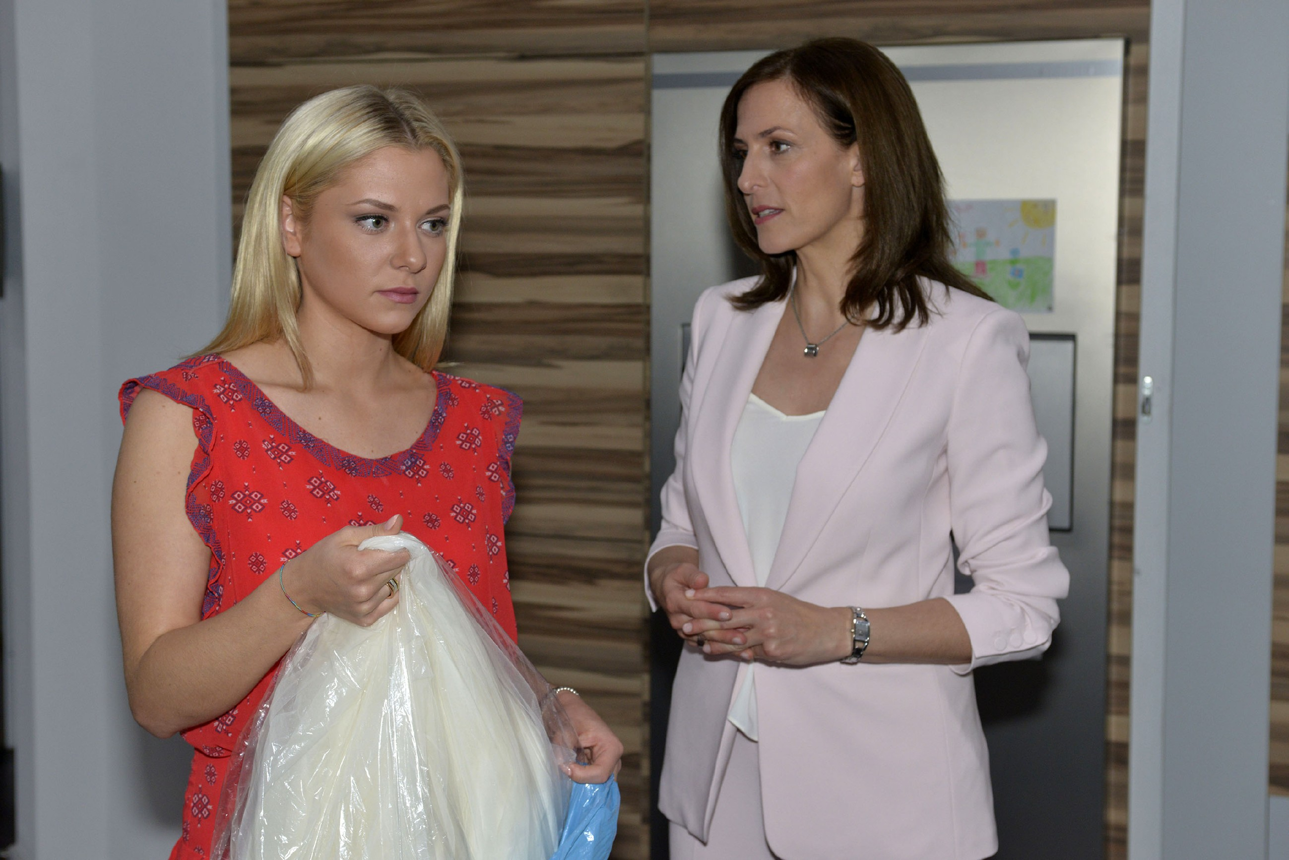Katrin (Ulrike Frank, r.) erkennt, dass Sunny (Valentina Pahde) das Kapitel Vince so schnell wie möglich abschließen will. (Quelle: RTL / Rolf Baumgartner)