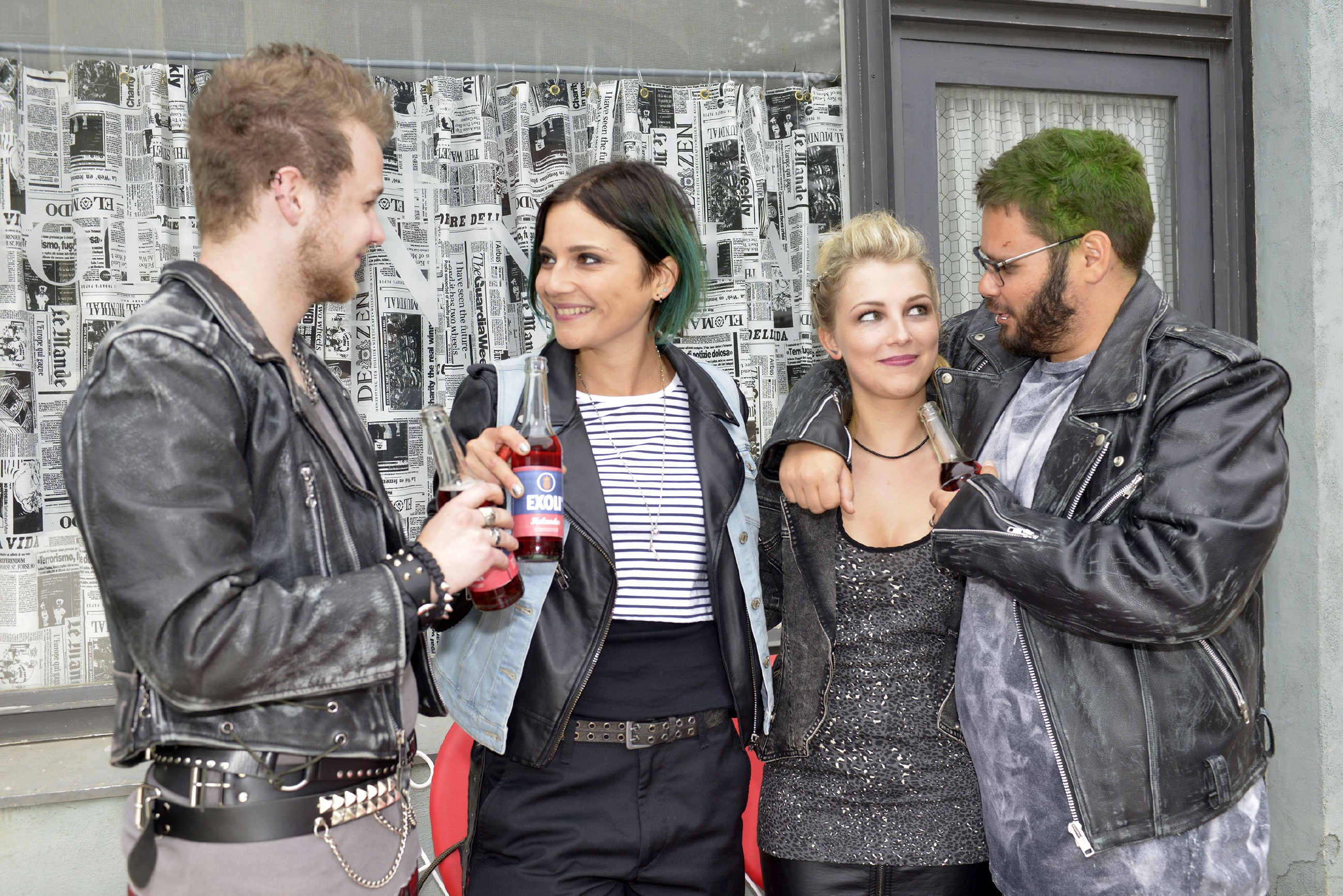 Anni (Linda Marlen Runge, 2.v.l.) freut sich, dass sie mit Hilfe von Jonas (Felix van Deventer), Lilly (Iris Mareike Steen) und Tuner (Thomas Drechsel) einen Ausweg aus dem teuren Mietvertrag findet. (Quelle: RTL / Rolf Baumgartner)
