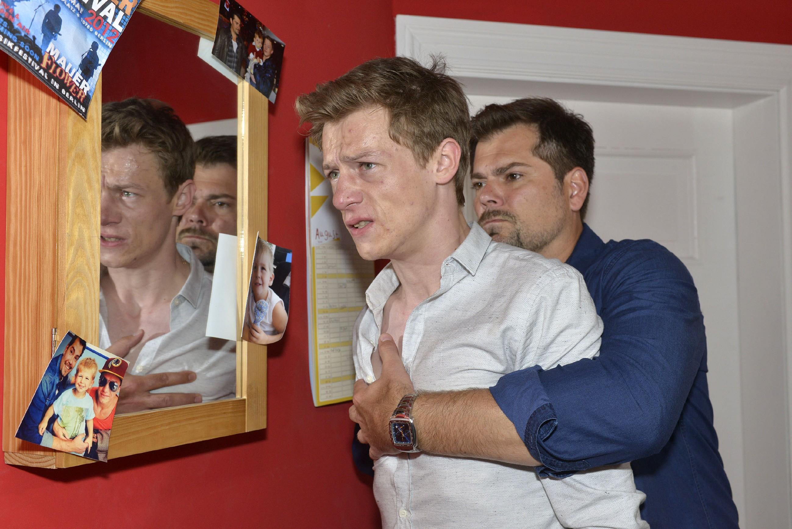 Leon (Daniel Fehlow, r.) will nicht zulassen, dass Vince (Vincent Krüger) weiter abstürzt... (Quelle: RTL / Rolf Baumgartner)