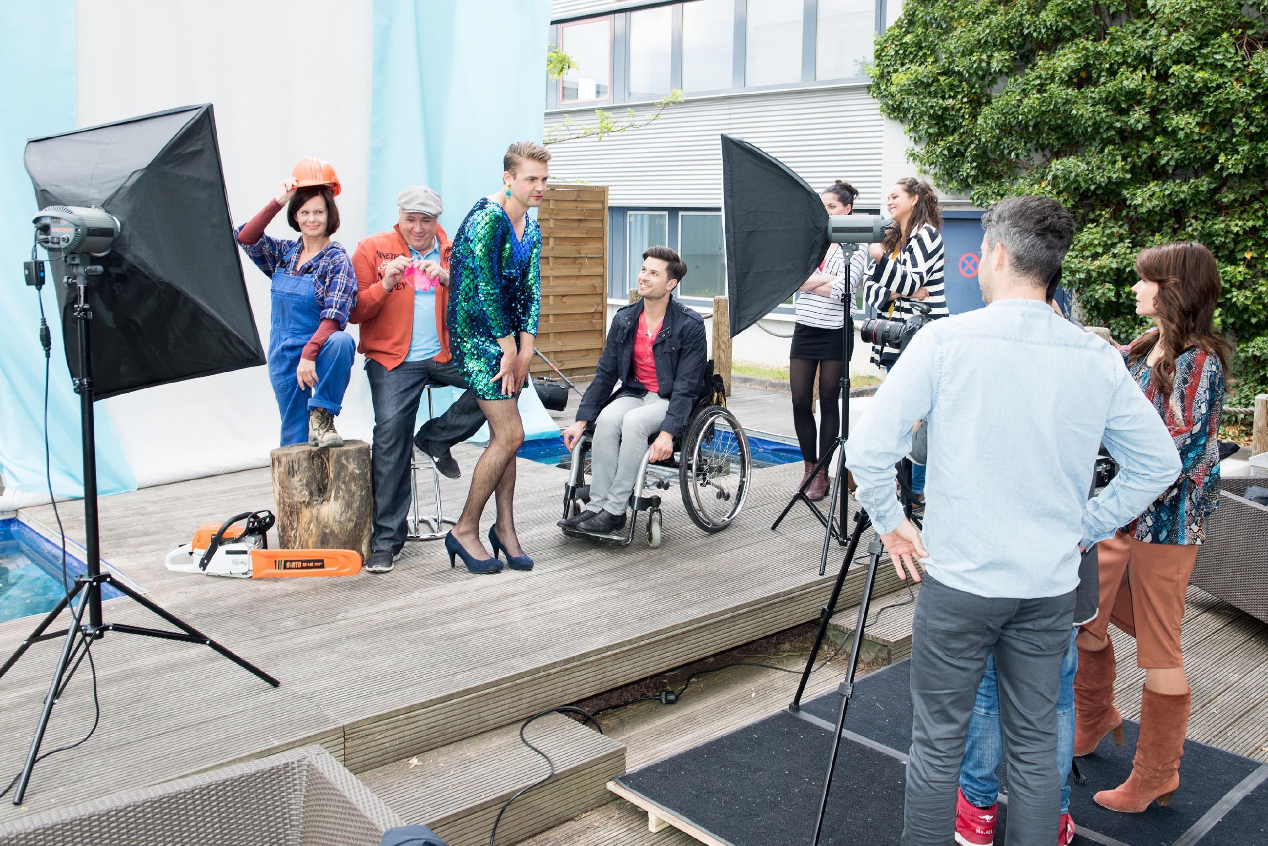 Das Kampagnen-Fotoshooting mit (v.l.) Irene (Petra Blossey), Roger (Ramon Ademes) und vor allem Bambi (Benjamin Heinrich) wird zur Begeisterung von Paco (Milos Vukovic), Sina (Valea Katharina Scalabrino), Caro (Ines Kurenbach), Till (Ben Ruedinger) und Britta (Tabea Heynig) ein echter Erfolg. (Quelle: RTL / Stefan Behrens)