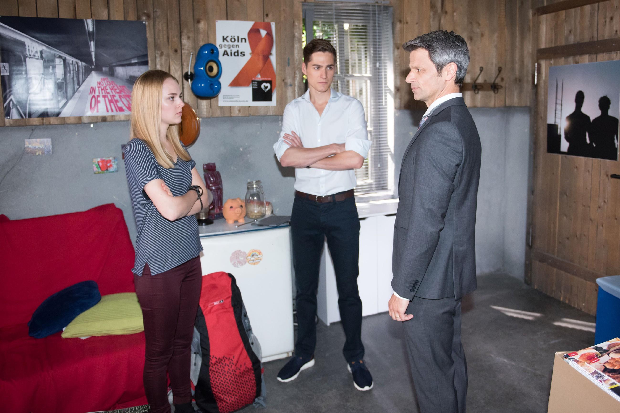 Benedikt (Jens Hajek, r.) will Fiona (Olivia Burkhart) und Ringo (Timothy Boldt) benutzen, um Paffrath zu erpressen. (Quelle: RTL / Stefan Behrens)
