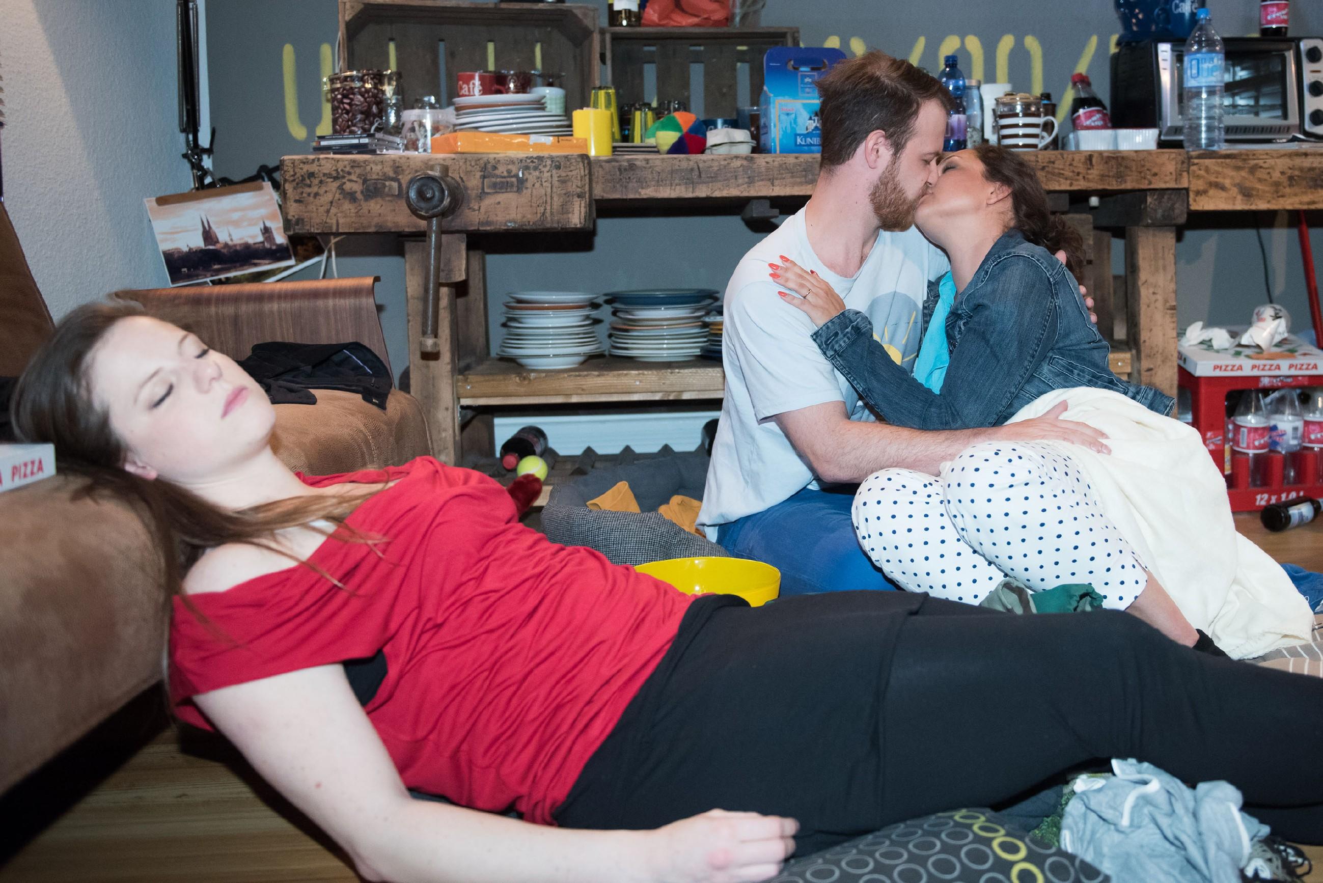 Rückblende: Caro (Ines Kurenbach) und Tobias (Patrick Müller) haben nach einem Trinkspiel mit Elli (Nora Koppen, l.) jede Selbstkontrolle verloren... (Quelle: RTL / Stefan Behrens)