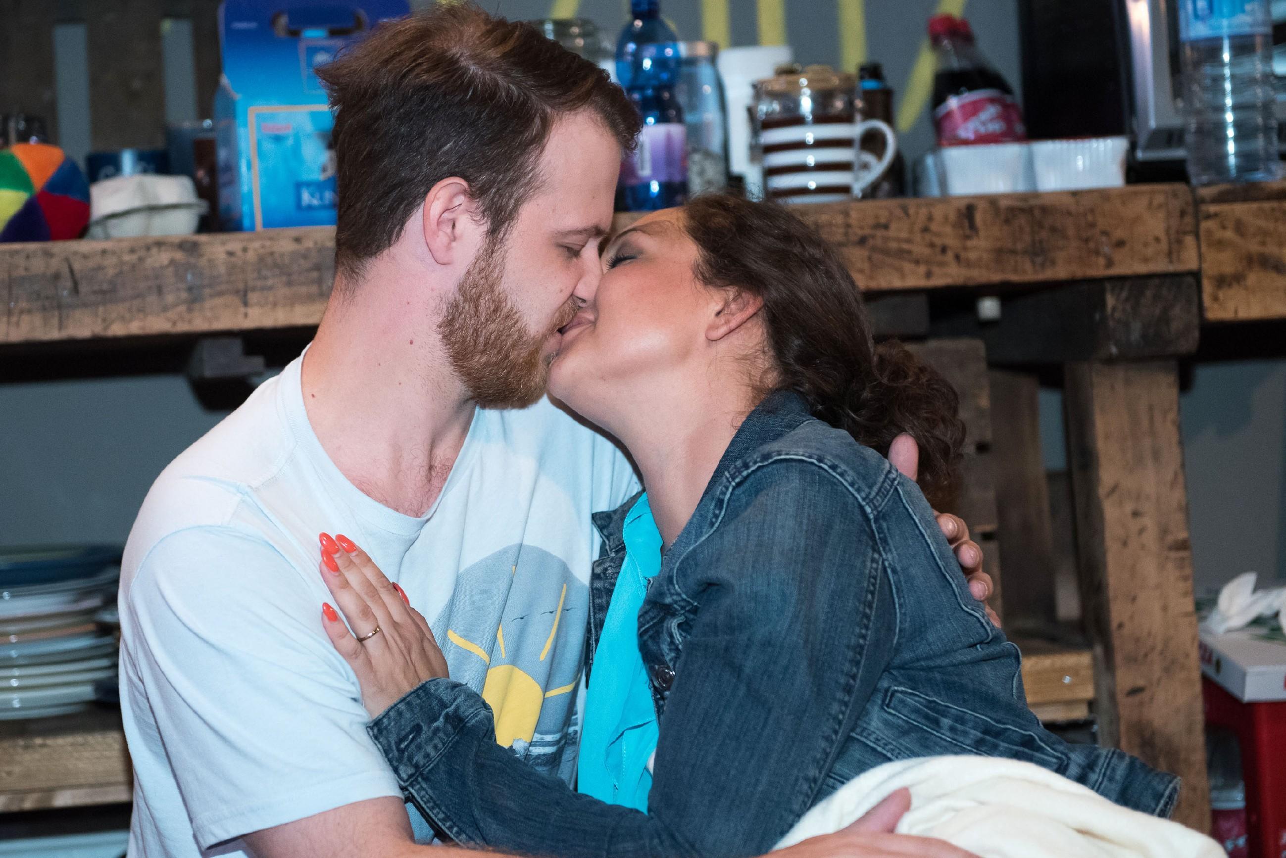 Rückblende: Caro (Ines Kurenbach) und Tobias (Patrick Müller) haben nach einem Trinkspiel mit Elli jede Selbstkontrolle verloren... (Quelle: RTL / Stefan Behrens)