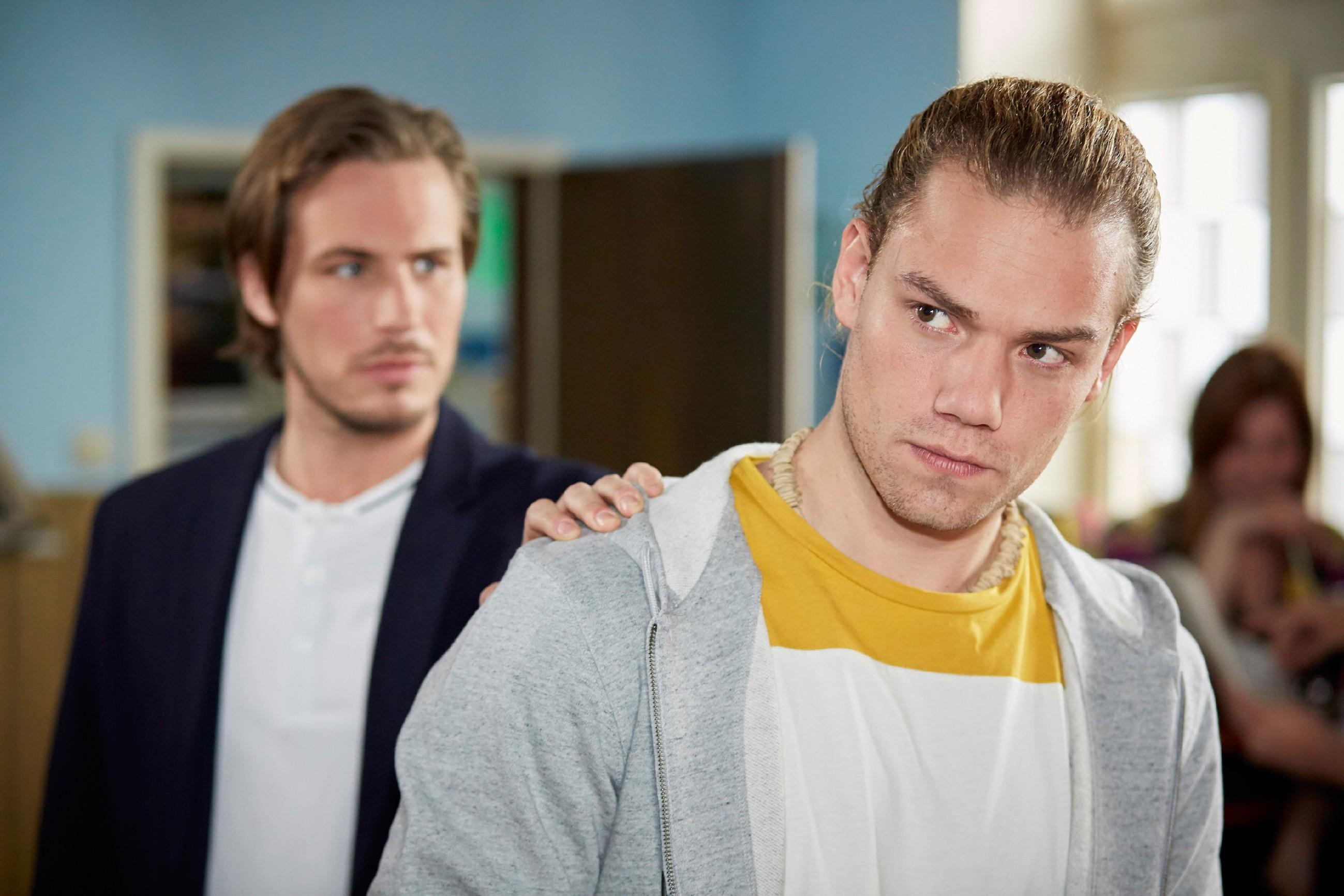 Leo (Julian Bayer, r.) blockt den Vorschlag seines Kumpels Sam (Alexander Milz), mit Drogen zu dealen, entschieden ab.