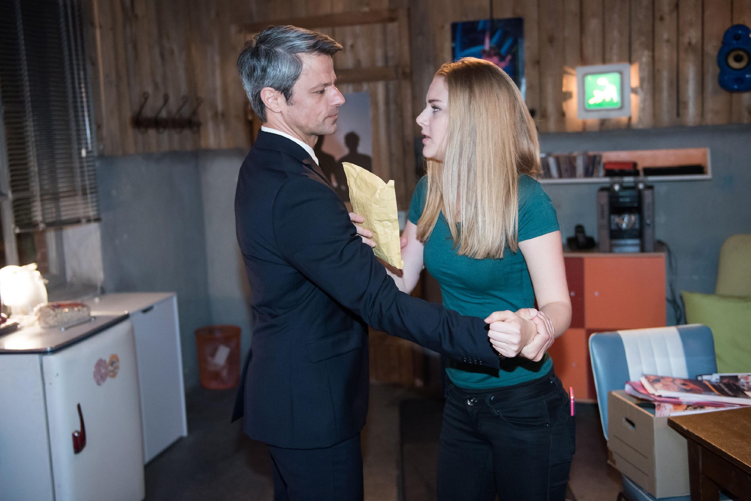 Als Fiona (Olivia Burkhart) sich weigert, Benedikt (Jens Hajek) die belastende Aufnahme seiner Intrige gegen Paffrath auszuhändigen, kommt es zu einem Gerangel mit unbeabsichtigten Folgen... (Quelle: RTL / Stefan Behrens)