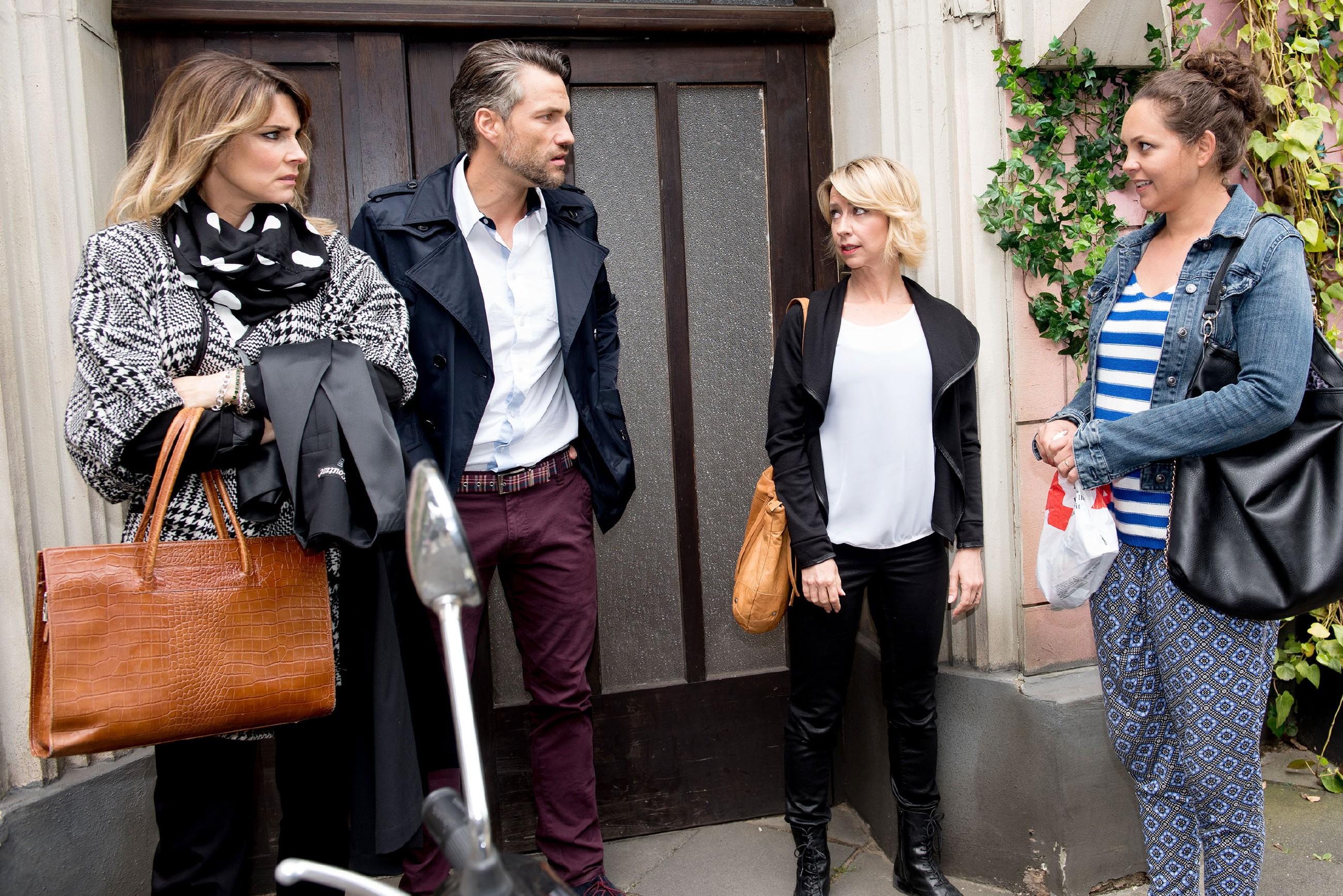 Caro (Ines Kurenbach, r.) und Ute (Isabell Hertel, 2.v.r.) halten den bevorstehenden Schwangerschaftstest vor Malte (Stefan Bockelmann) und Eva (Claudelle Deckert) geheim. (Quelle: RTL / Stefan Behrens)