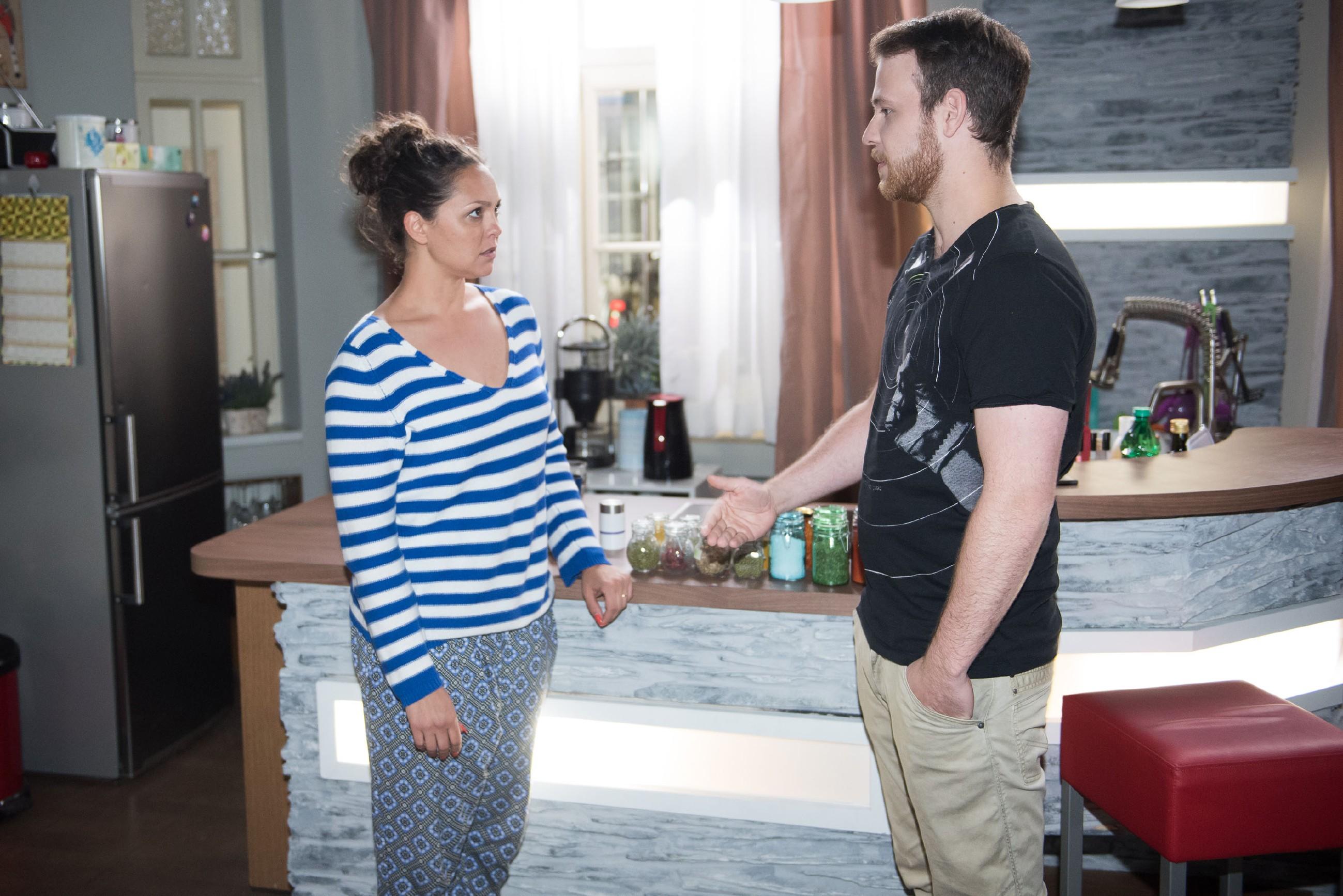 Caro (Ines Kurenbach) will nicht glauben, dass sie von Tobias (Patrick Müller) schwanger sein könnte. (Quelle: RTL / Stefan Behrens)