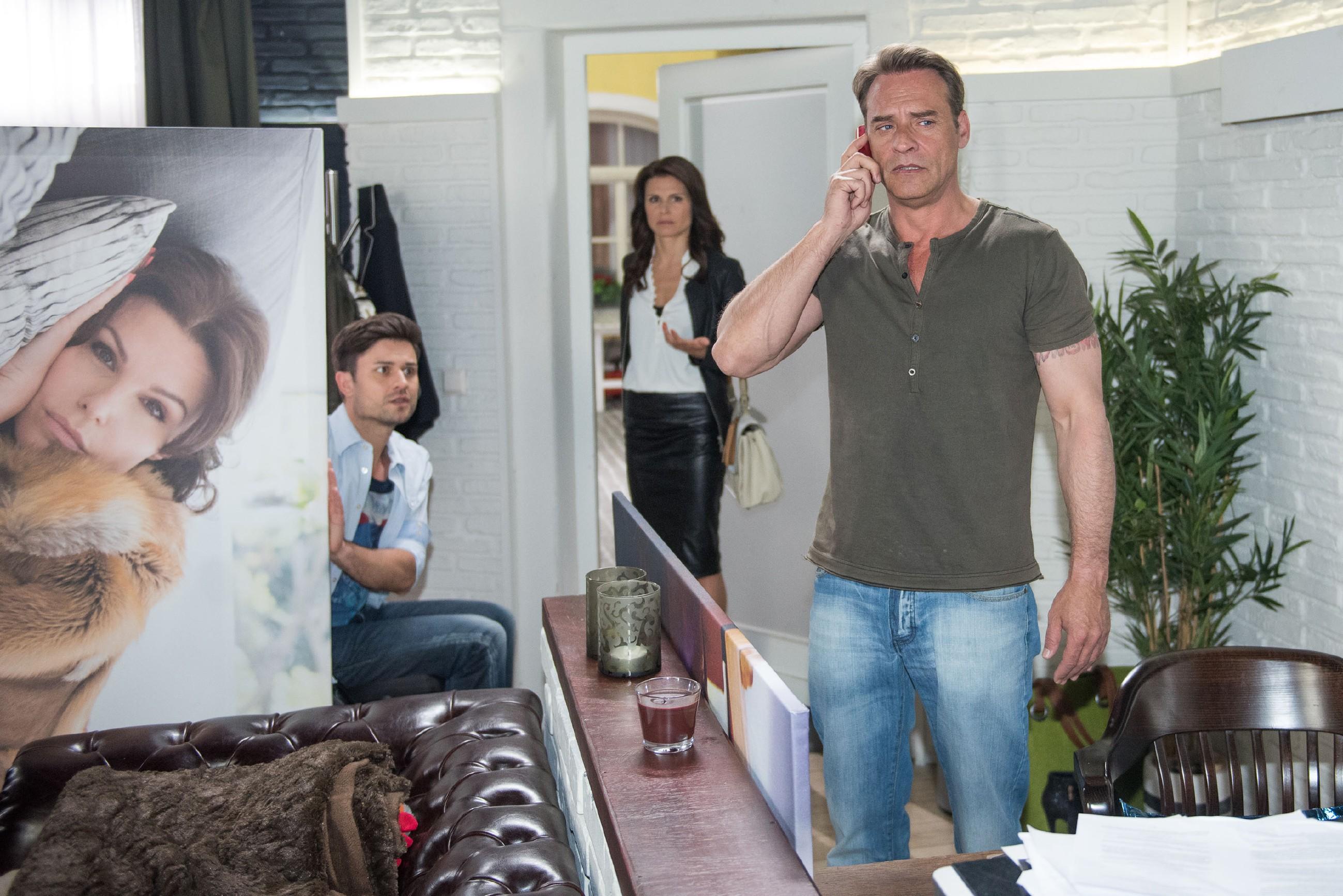 Rufus (Kai Noll, r.) erfährt im Beisein von Paco (Milos Vukovic) zerknirscht, dass er Brittas (Tabea Heynig) Geburtstag vergessen hat. (Quelle: RTL / Stefan Behrens)