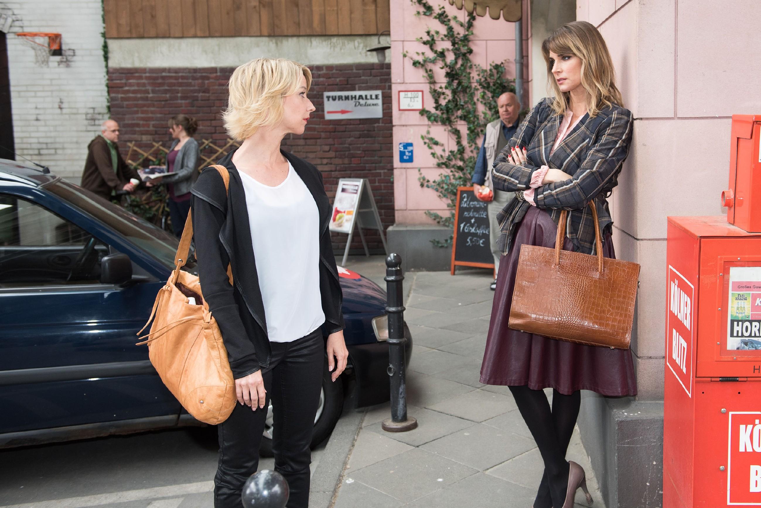 Eva (Claudelle Deckert, l.) wirft Ute (Isabell Hertel) wütend vor, sich über Noah an Till ranmachen zu wollen. (Quelle: RTL / Stefan Behrens)