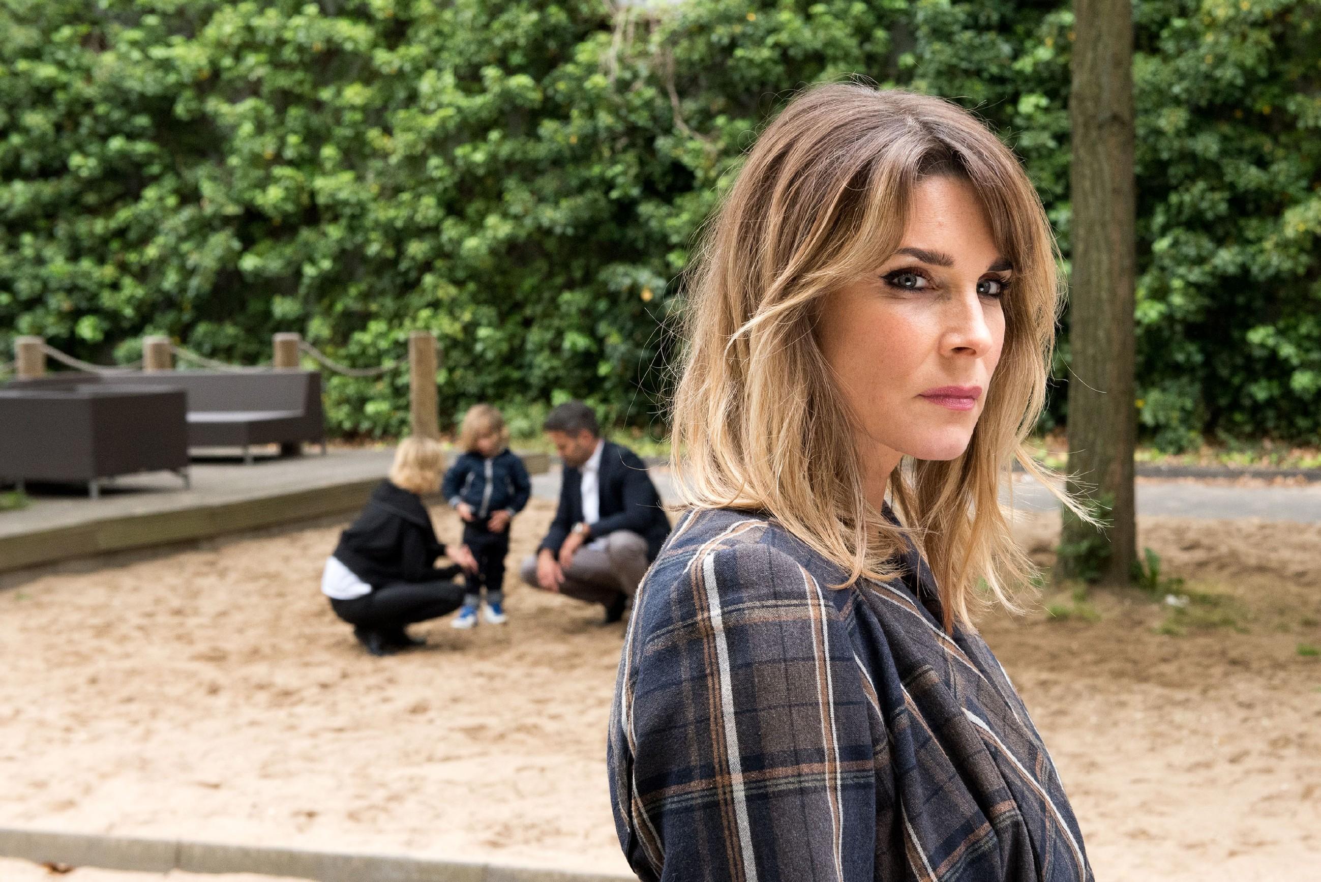 Eva (Claudelle Deckert) wird beim Anblick der Vertrautheit zwischen Ute, Till und Noah wieder eifersüchtig. (Quelle: RTL / Stefan Behrens)