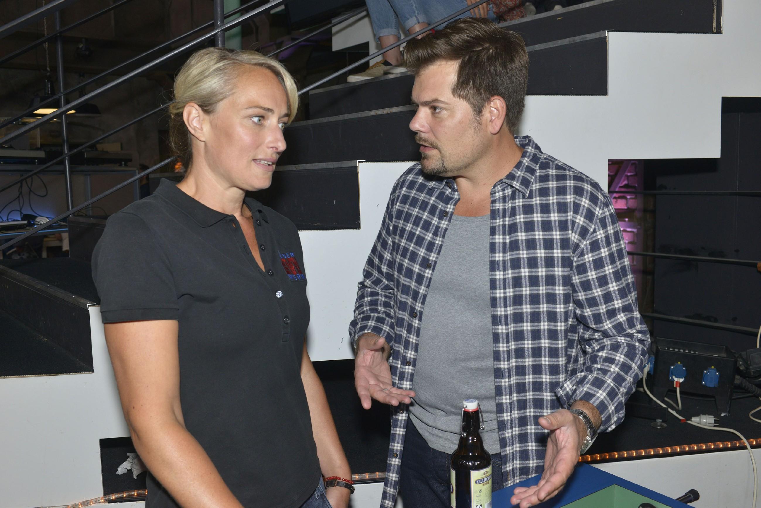 Leon (Daniel Fehlow) kann nicht verstehen, warum Sophie mit ihrer Schwangerschaft hadert und sucht Rat bei Maren (Eva Mona Rodekirchen). (Quelle: RTL / Rolf Baumgartner)