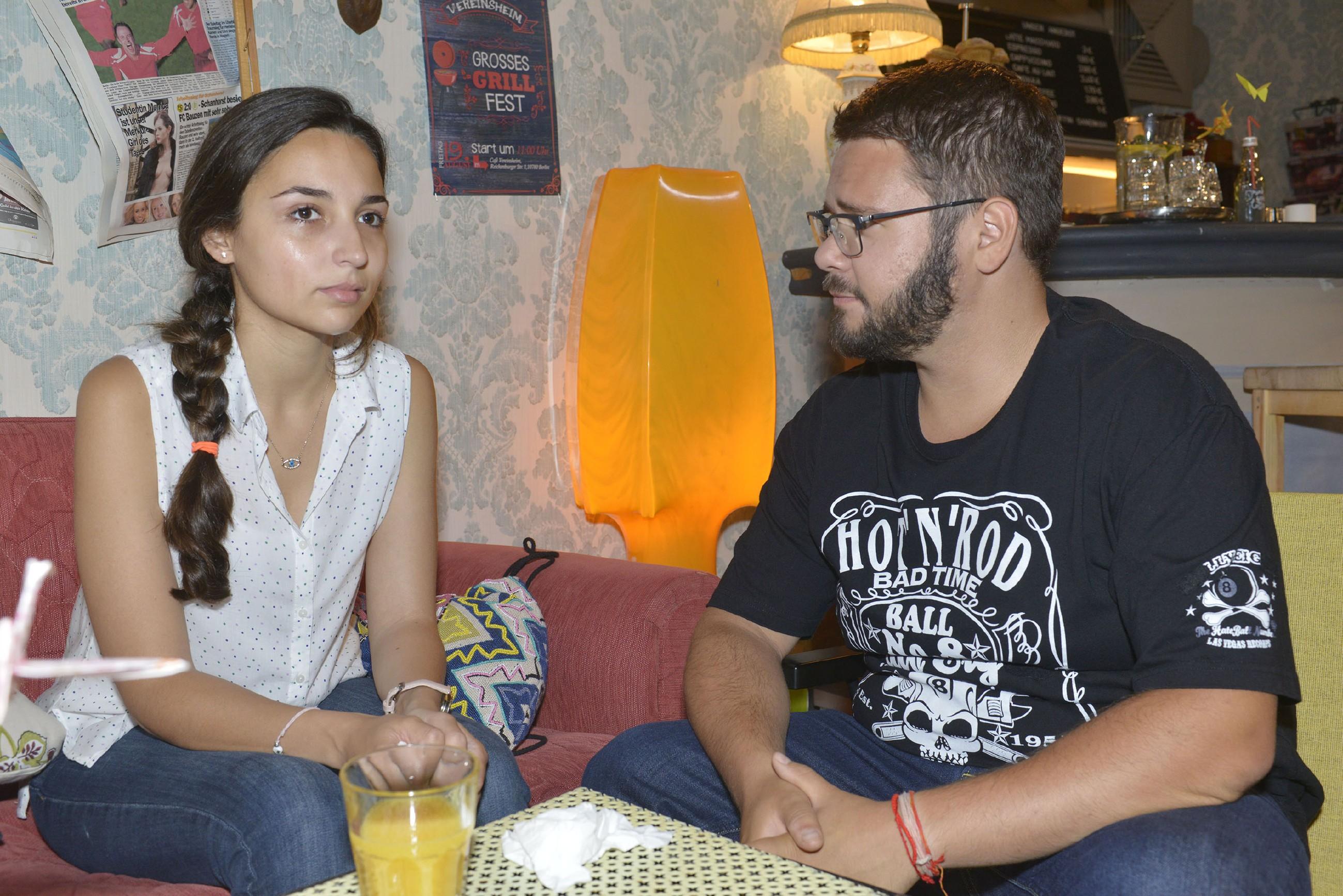 Selma (Rona Özkan) wird in ihrem Liebeskummer von Tuner (Thomas Drechsel) aufgefangen. (Quelle: RTL / Rolf Baumgartner)