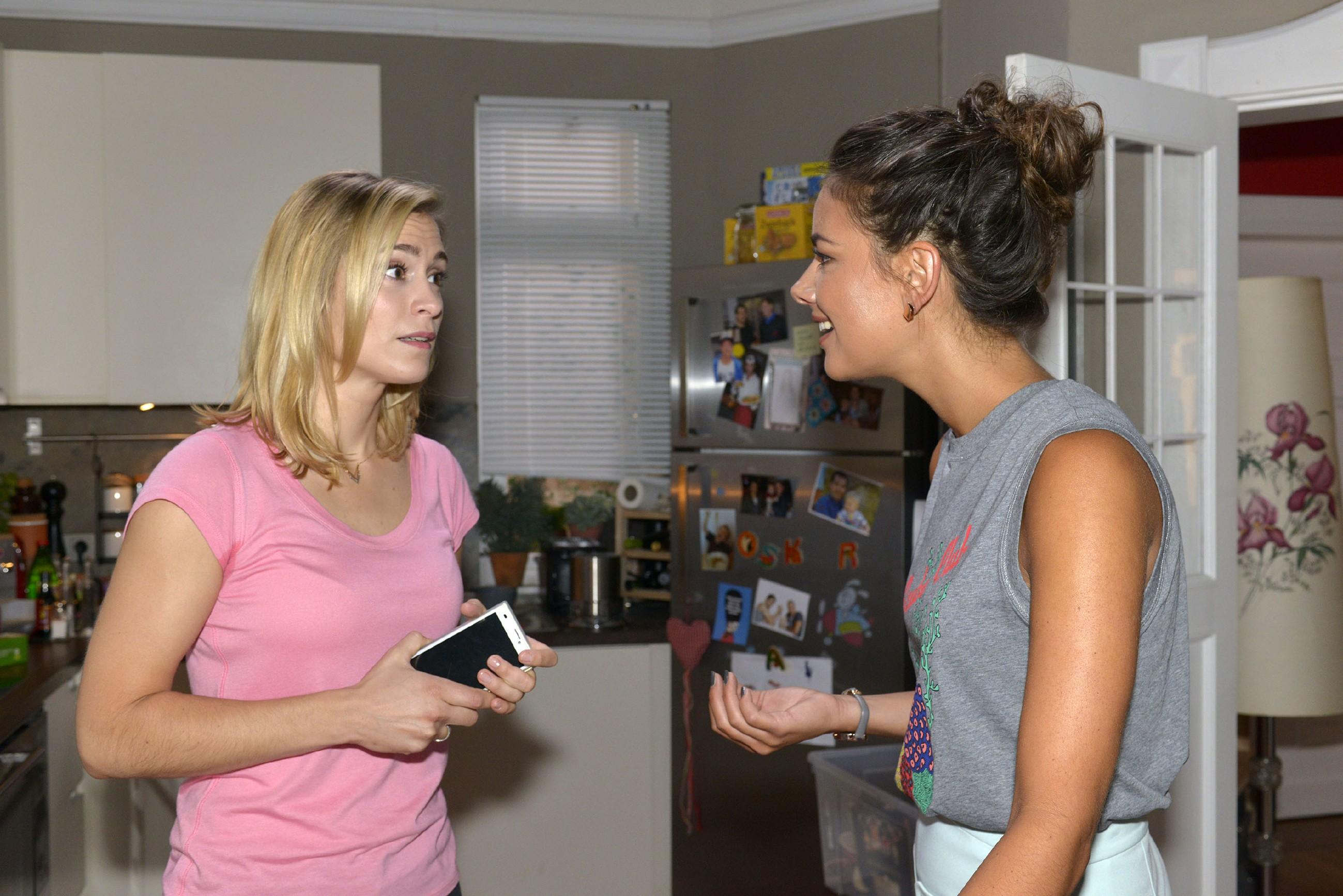 Sophie (Lea Marlen Woitack, l.) fragt sich in Gegenwart von Jasmin (Janina Uhse), wie sie Karriere und Schwangerschaft unter einen Hut bringen soll. (Quelle: RTL / Rolf Baumgartner)