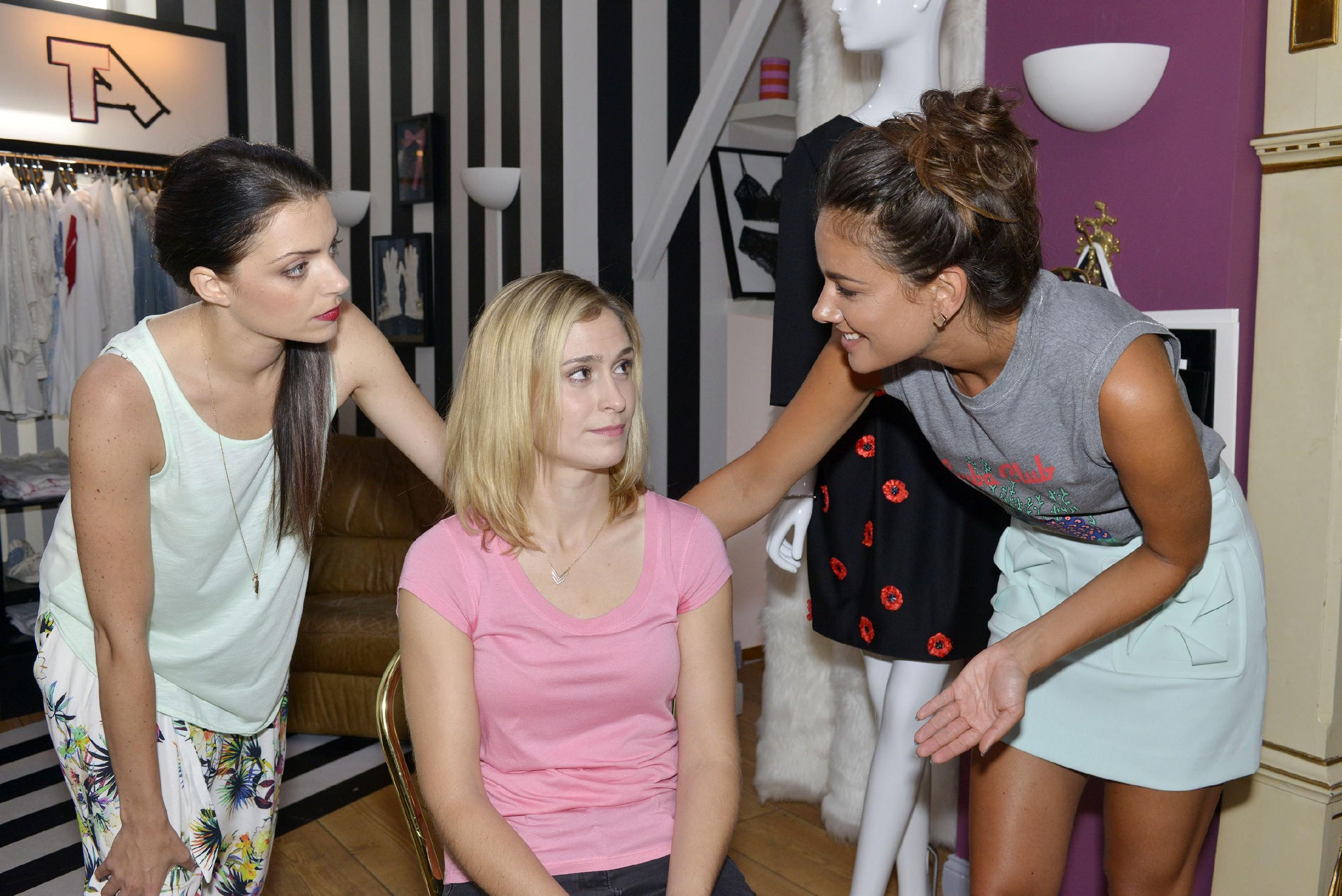 Im Gegensatz zu Sophie (Lea Marlen Woitack, M.) sind Emily (Anne Menden, l.) und Jasmin (Janina Uhse) ganz begeistert von Sophies Schwangerschaft. (Quelle: RTL / Rolf Baumgartner)